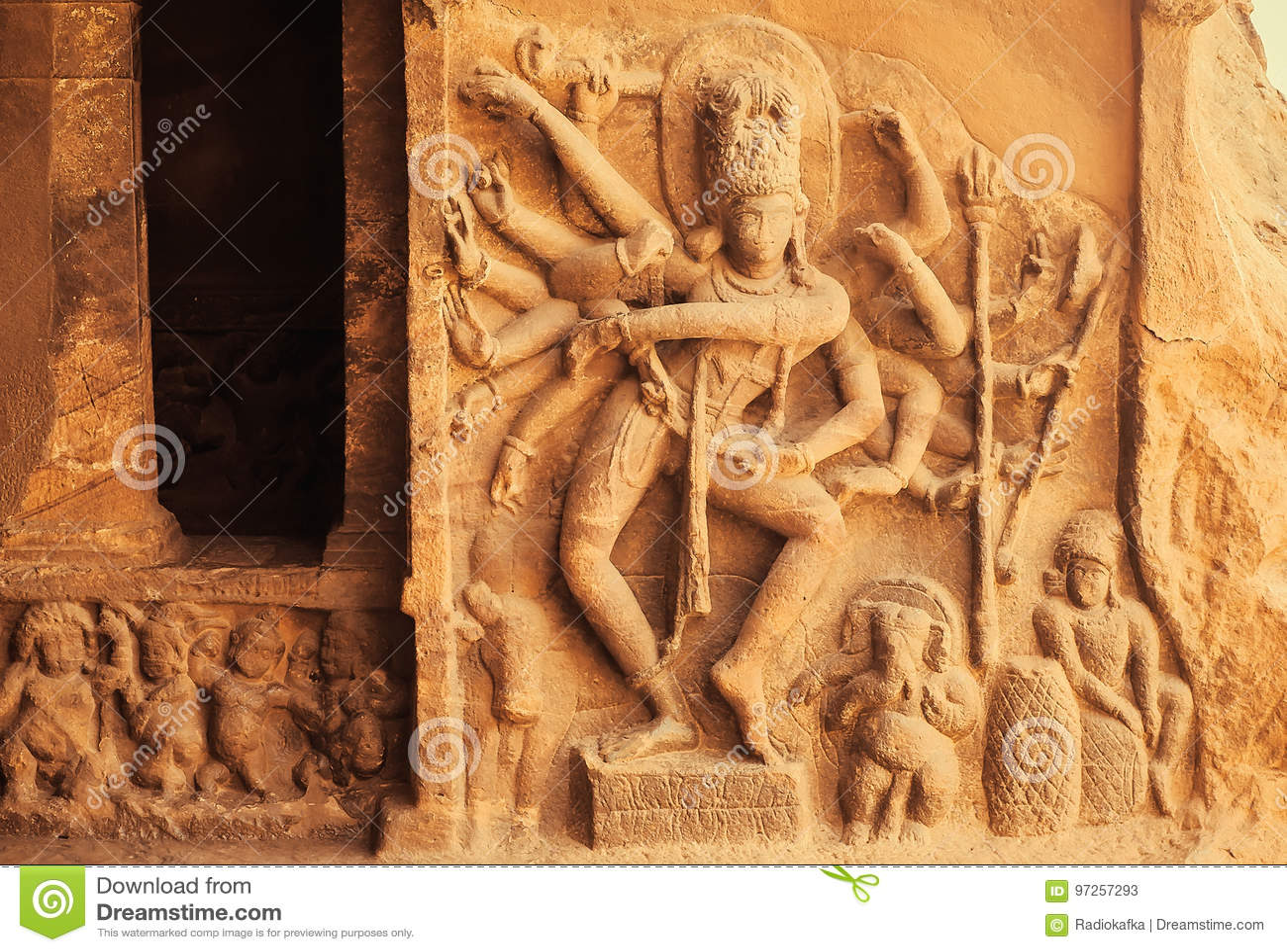 Danza de Shiva Lord con muchas manos Entrada al templo hindú con alivios del siglo VI Configuración india antigua