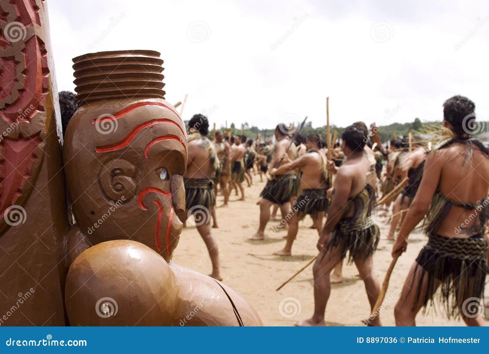 Danza maorí de Haka (guerra) en Waitingi en Nueva Zelandia