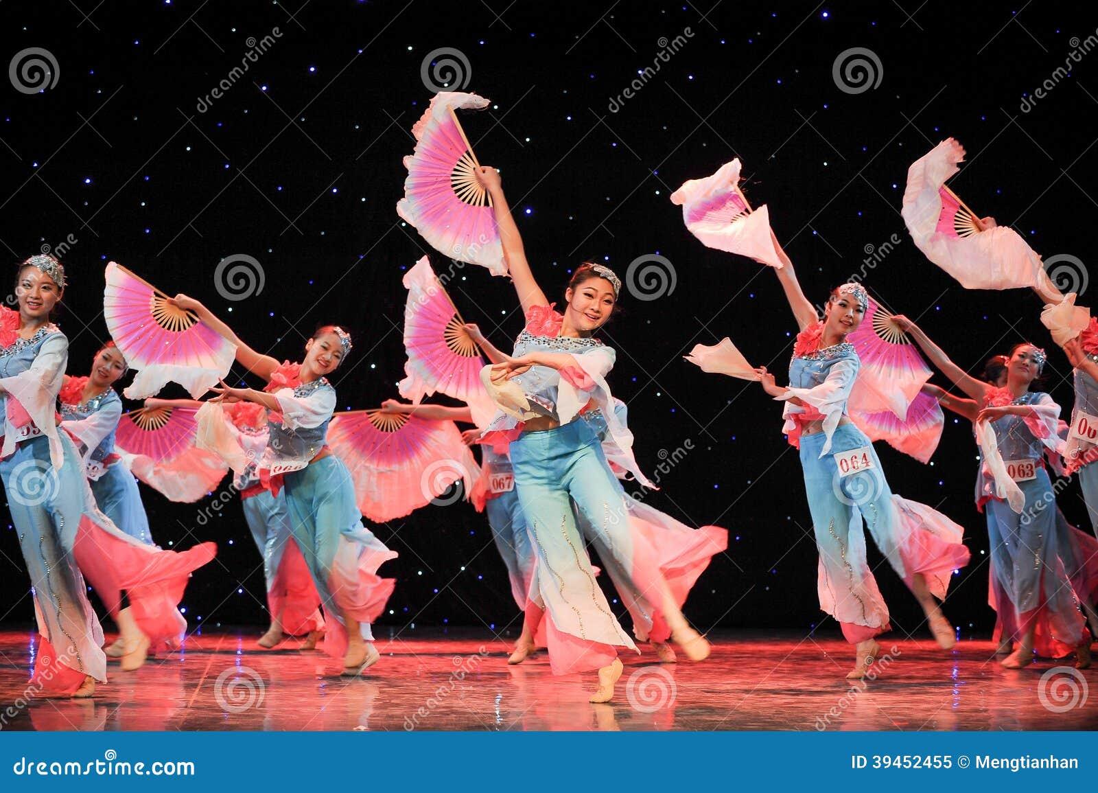 Danza Popular China Danza De Fan De Mucha Gente Imagen