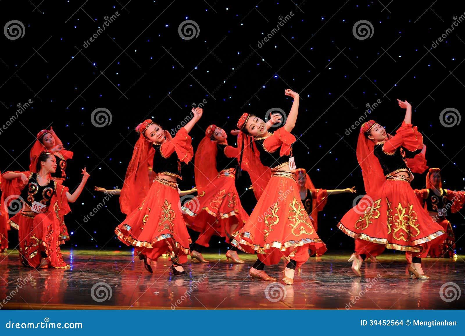 Danza Popular China Del Danza-Uighur Imagen De Archivo