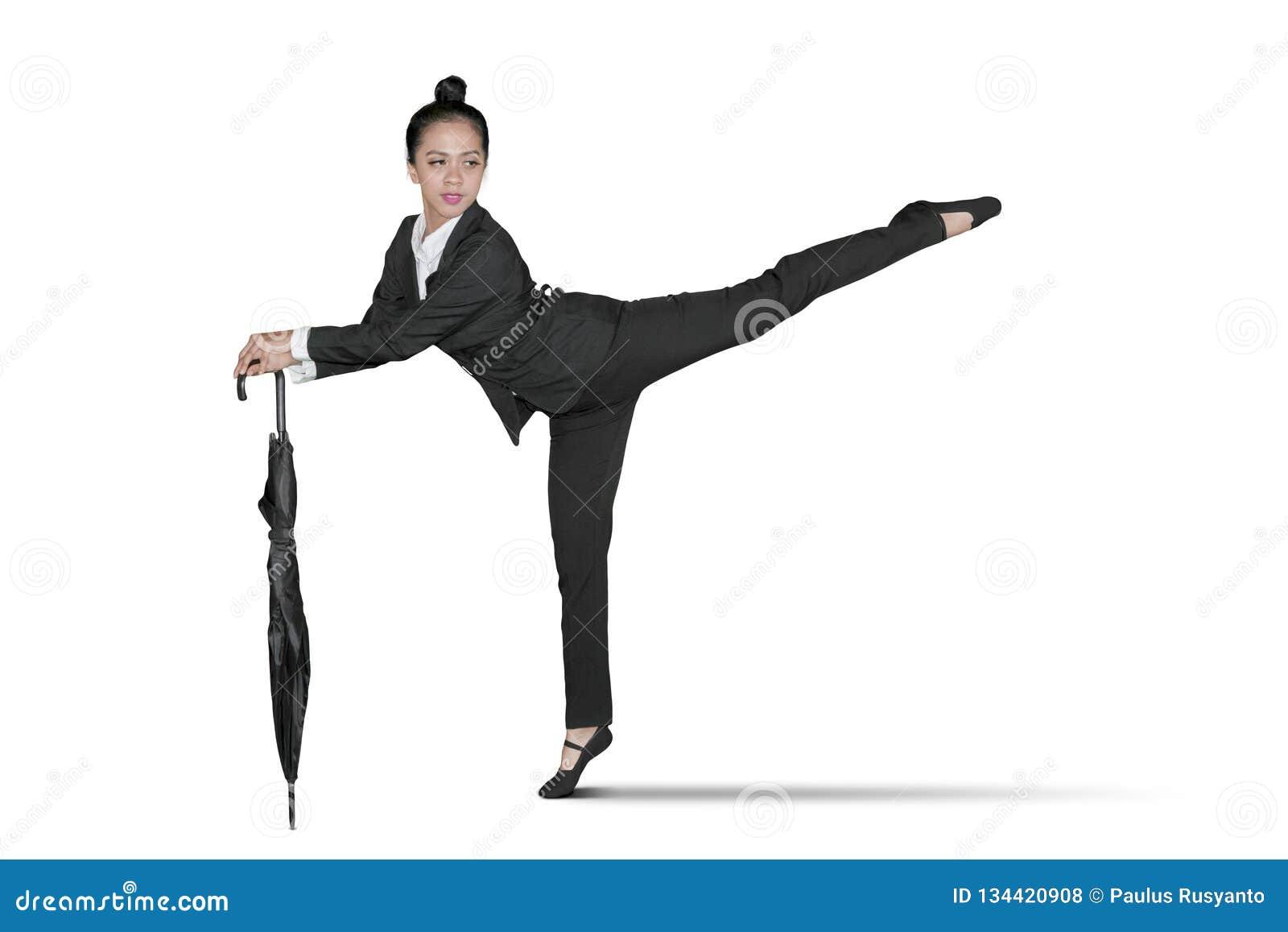 Danzas jovenes de la empresaria con el paraguas