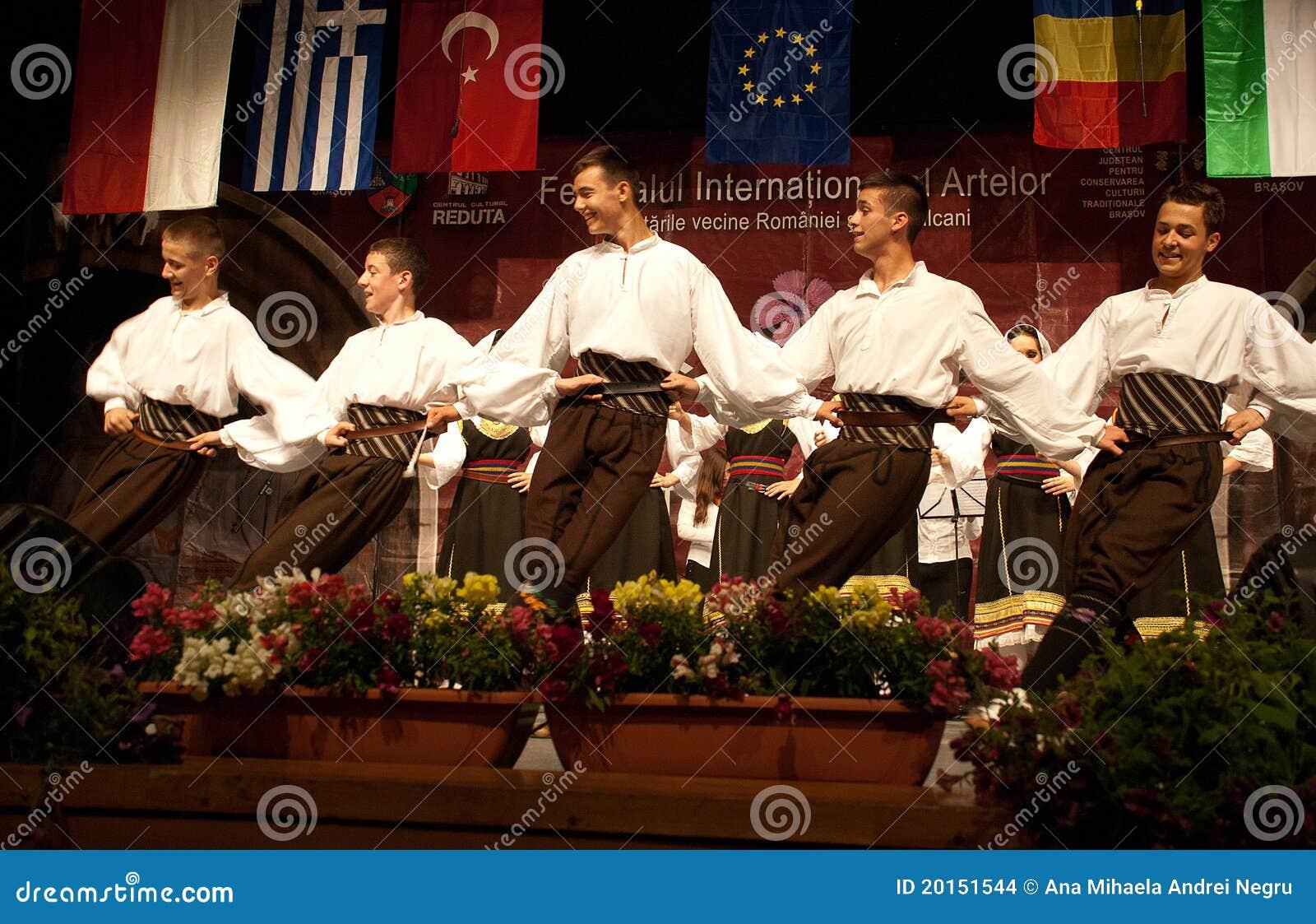 Danzatori di piega serbi ad un festival