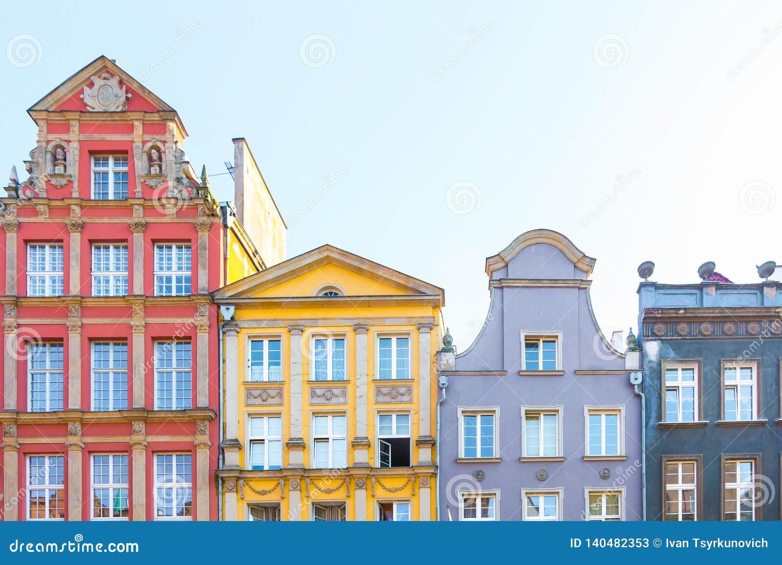 DANZIG, POLOGNE - AOÛT 2018 : Longtemps Market Street, vieilles maisons médiévales décoratives colorées typiques, architecture ro