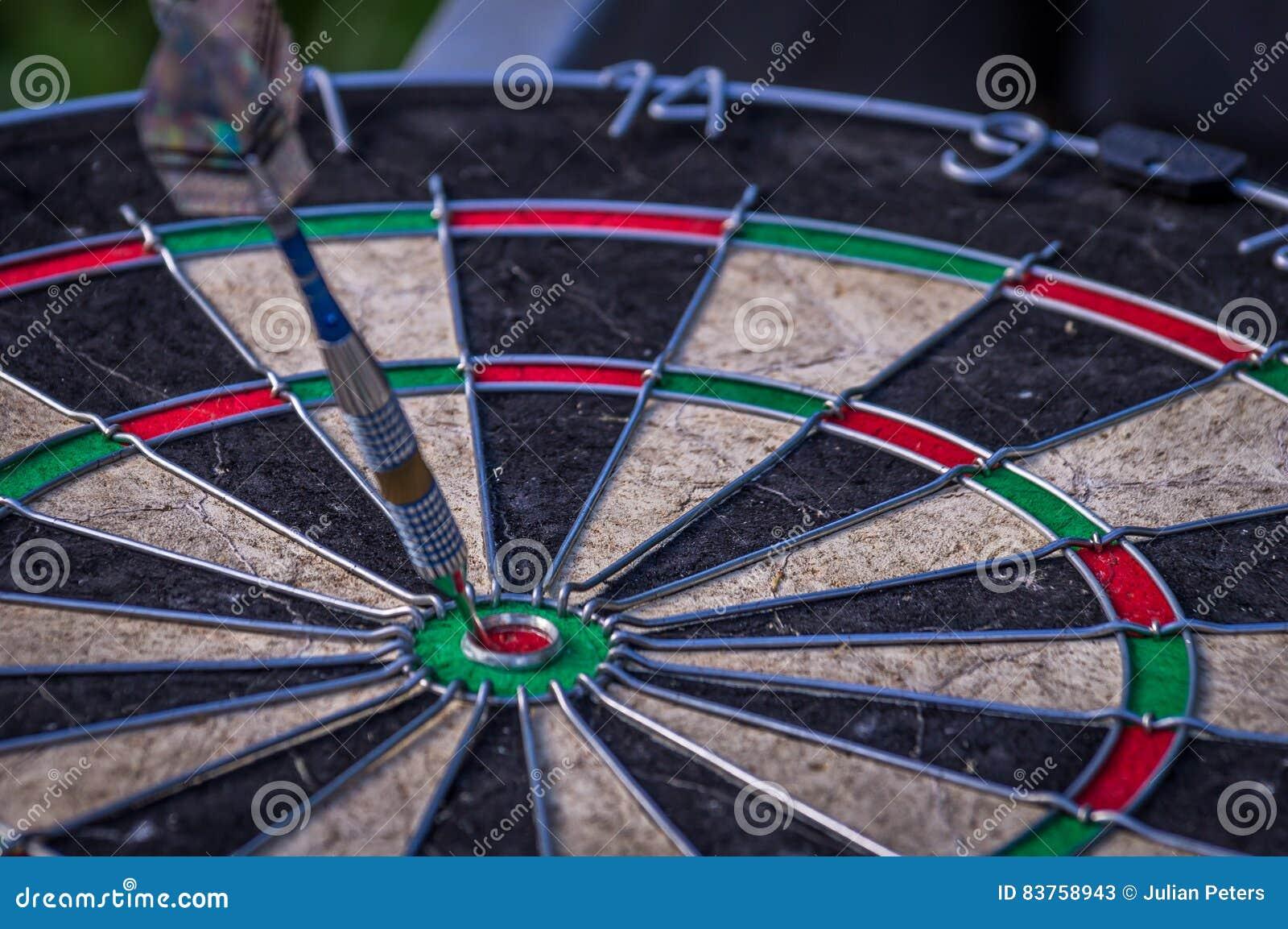 Dardeggi la freccia che colpisce nel centro dell obiettivo del bersaglio