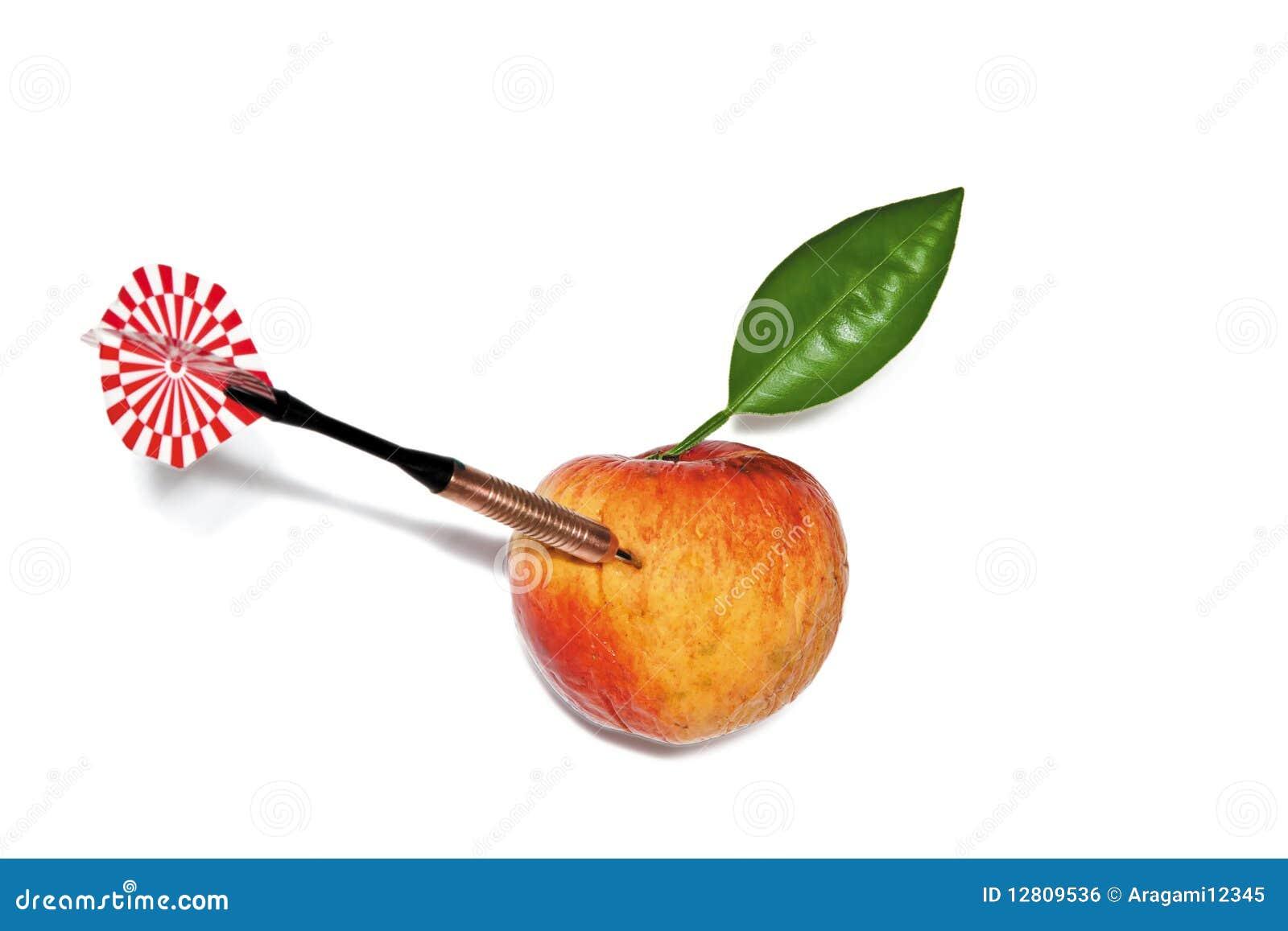 Dardo na maçã com folha verde