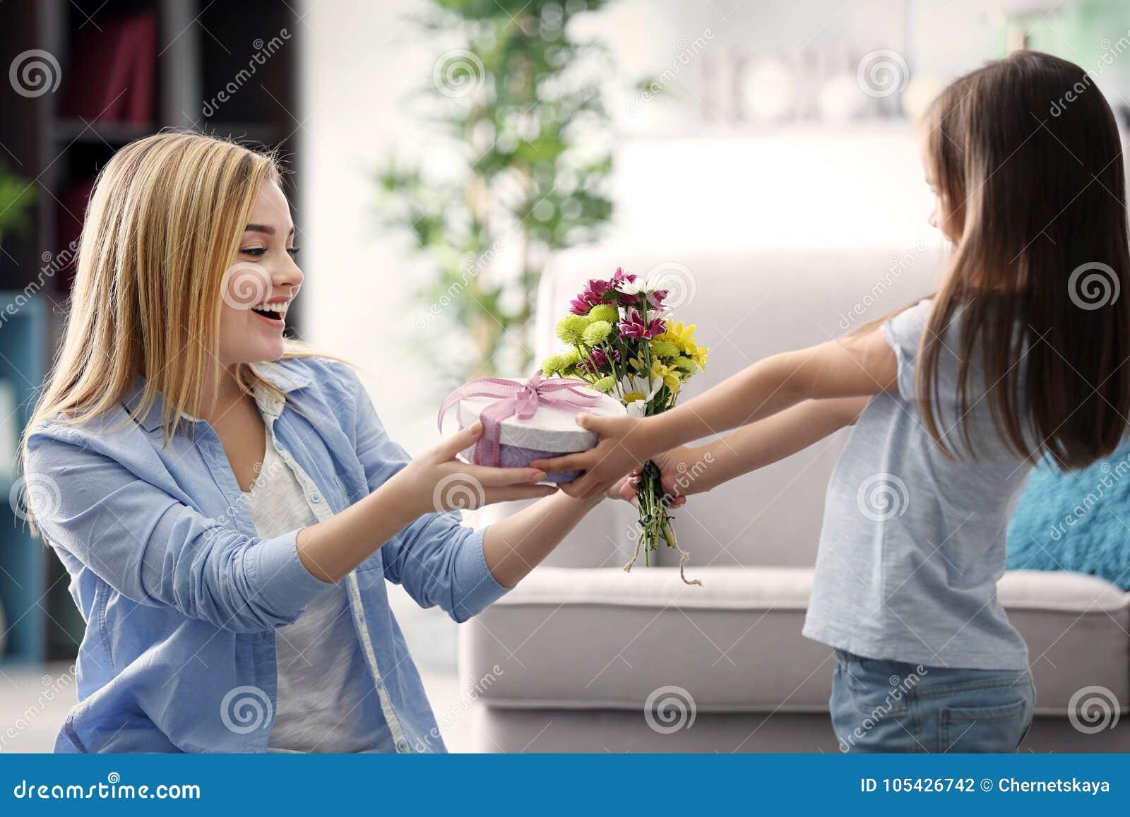 Dare della bambina presente a sua madre a casa