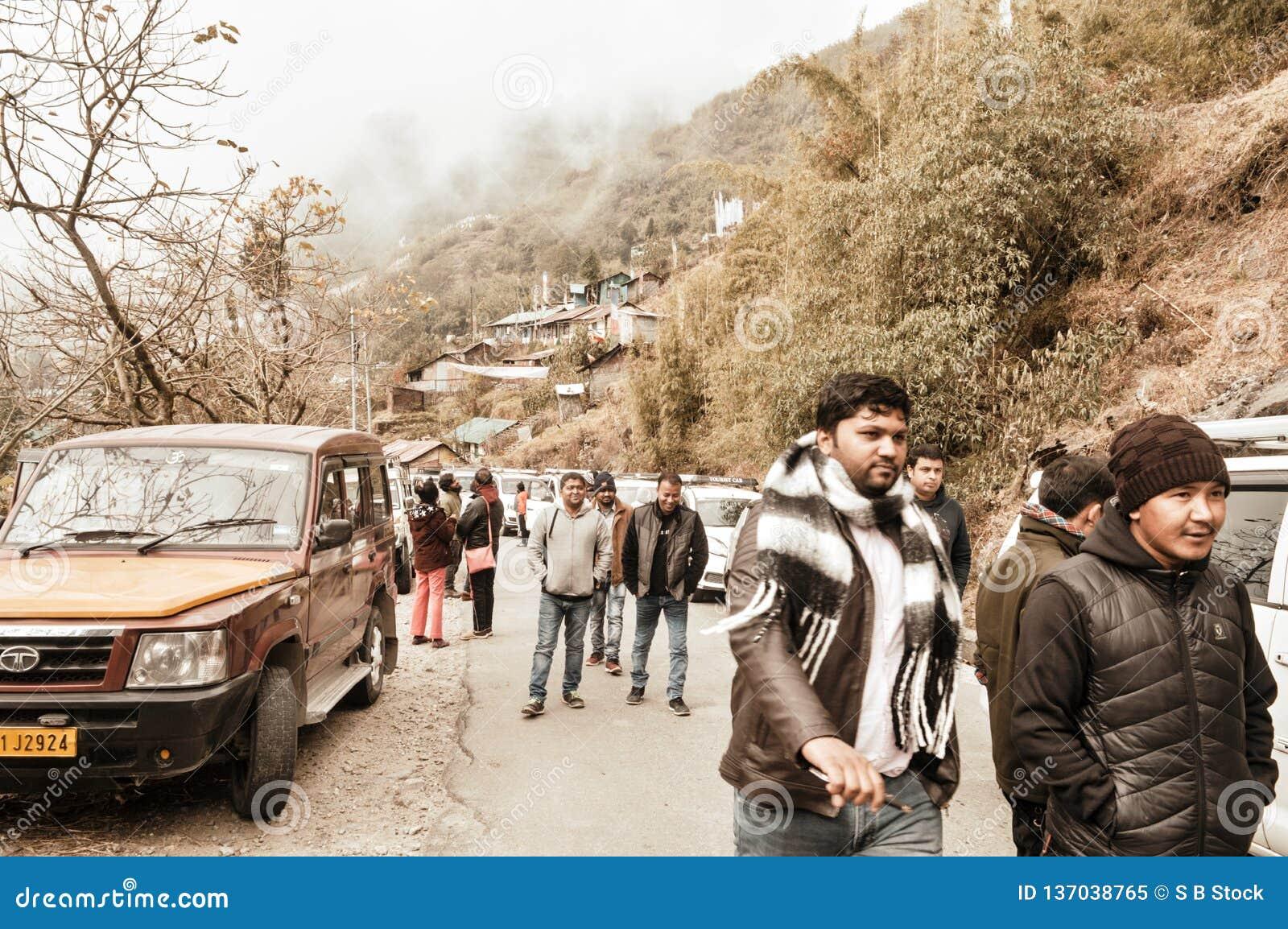 Darjeeling Indien 1st Januari 2019: Station för bergöverkantkulle av Darjeeling i molnig himmel med himalayan berg som omger den,
