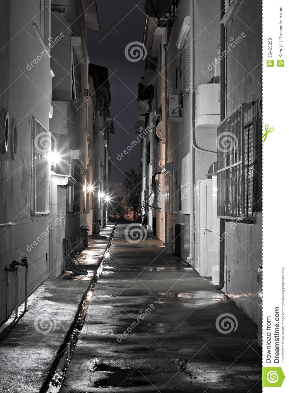 Dark Back Alley On A Wet Night Royalty Free Stock Photos