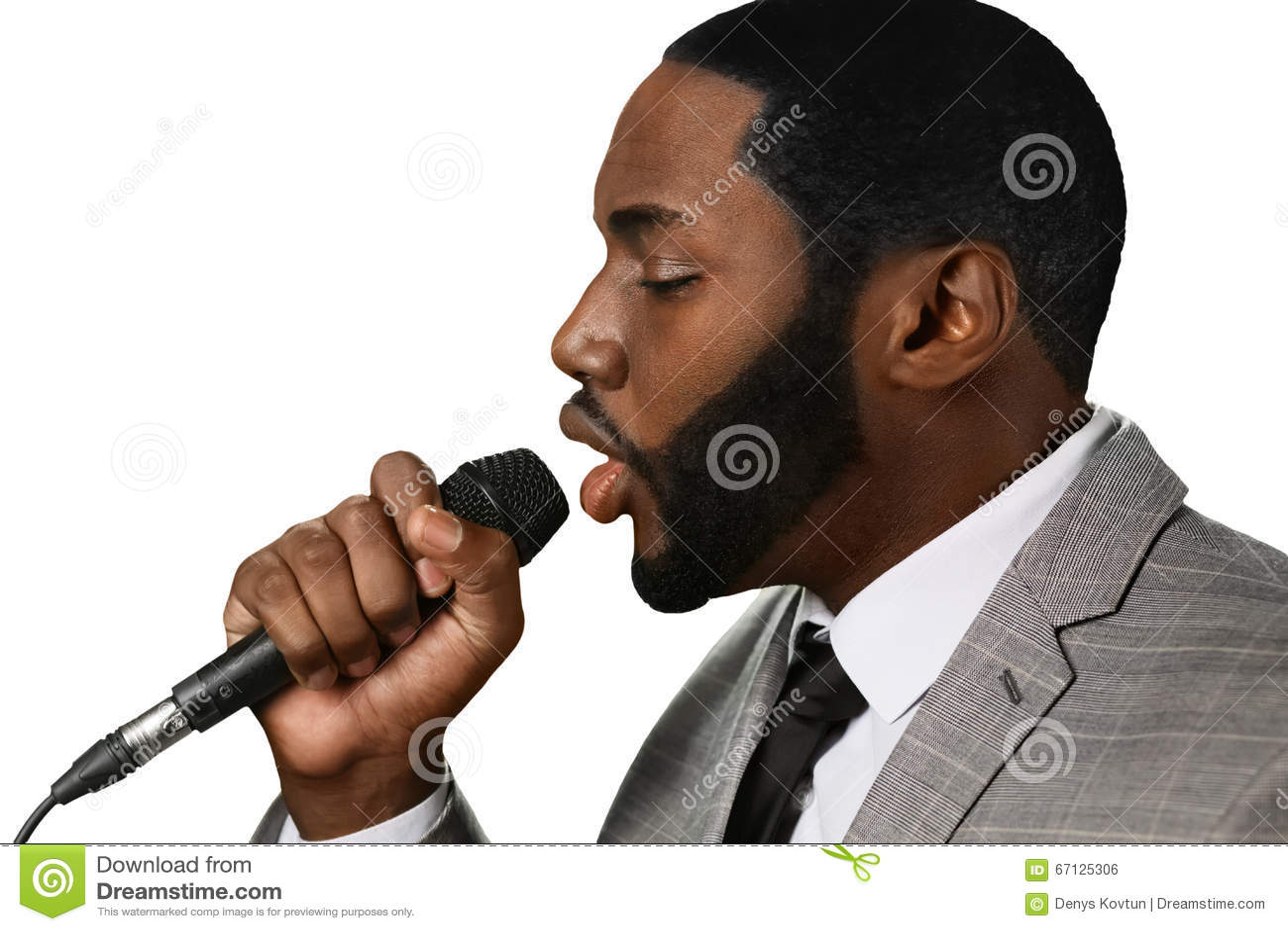 Darkskinned человек поет джаз