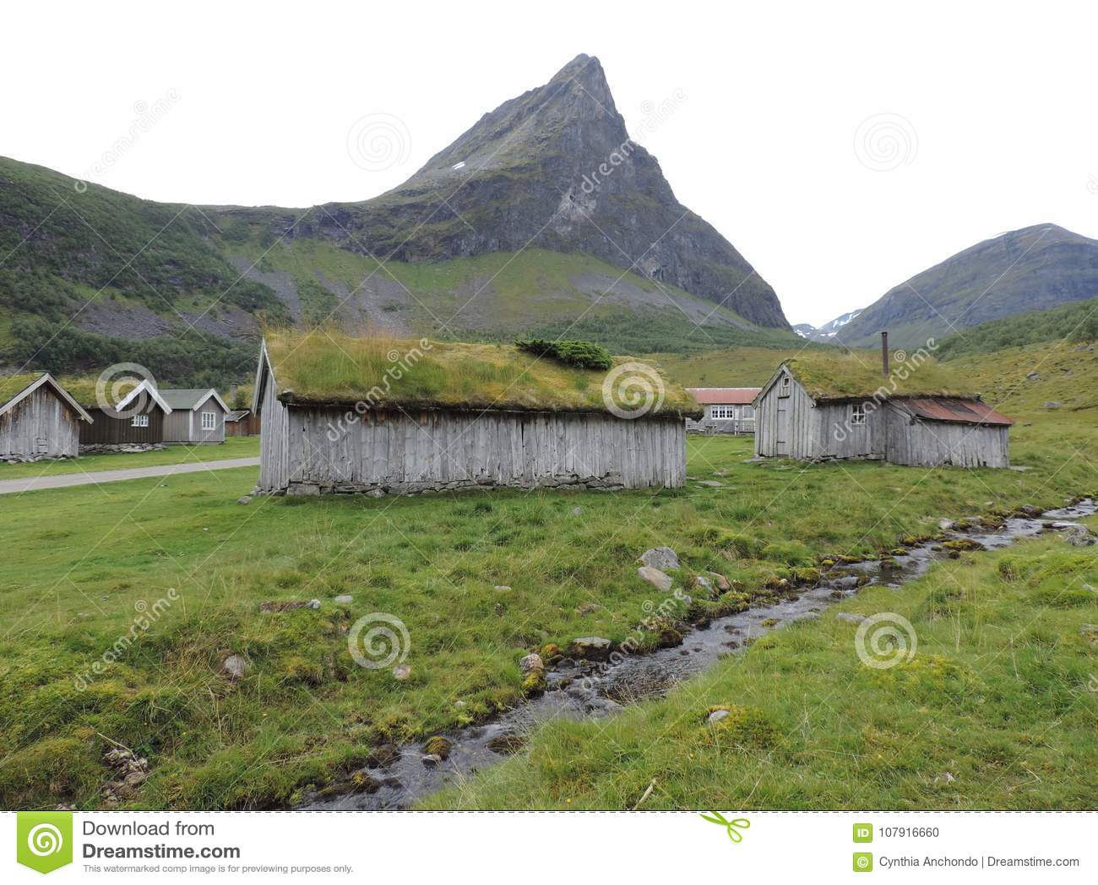 Darniuje Dachowego Stwarza ognisko domowe w Geiranger, Norwegia