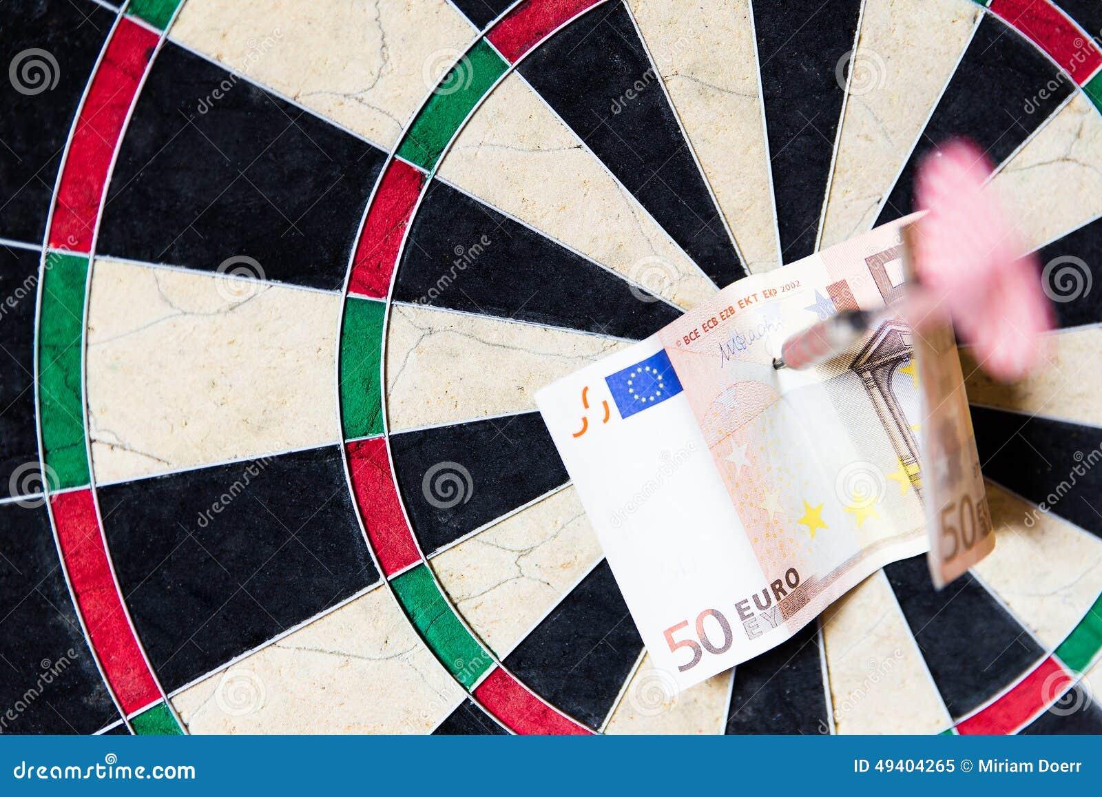 Download Dartscheibe Mit Stahlpfeilen Und Euro In Ihm Stockbild - Bild von geschäft, euro: 49404265