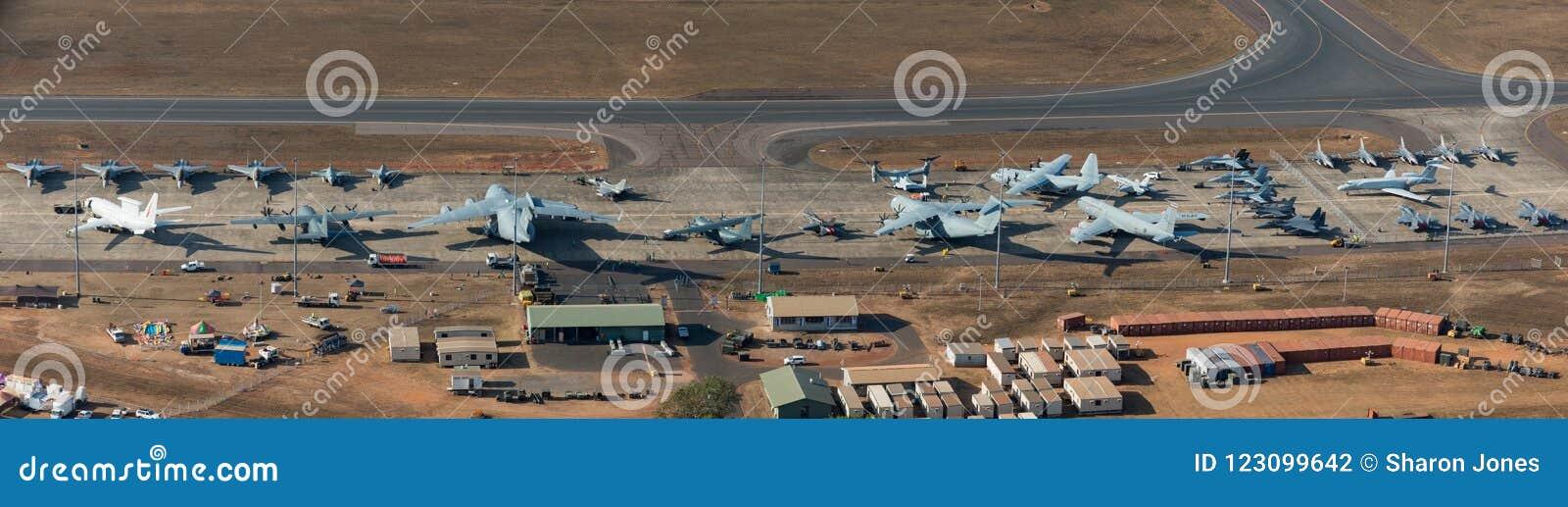 Darwin Australien - Augusti 4, 2018: Flyg- sikt av militärt flygplan som fodrar grova asfaltbeläggningen på Darwin Royal Australi