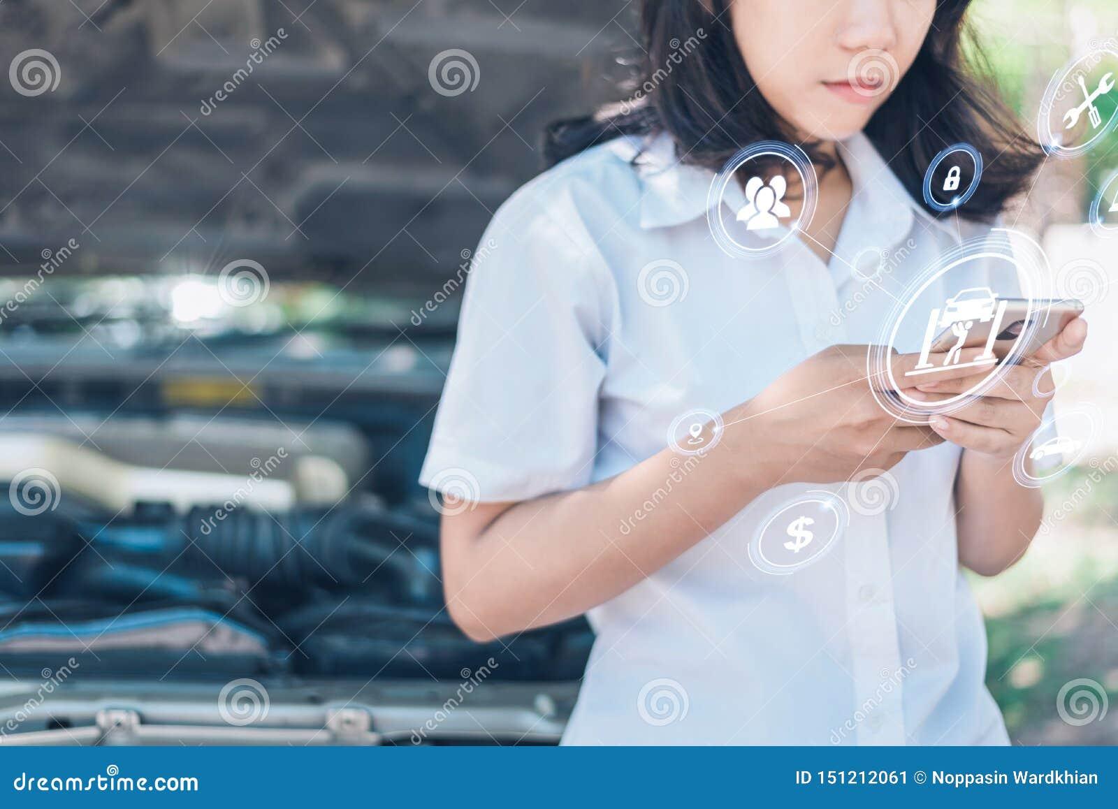 Das abstrakte Bild des Geschäftsmannpunktes zum Hologramm auf seinem Smartphone und unscharfen Automotorraum ist Hintergrund Das
