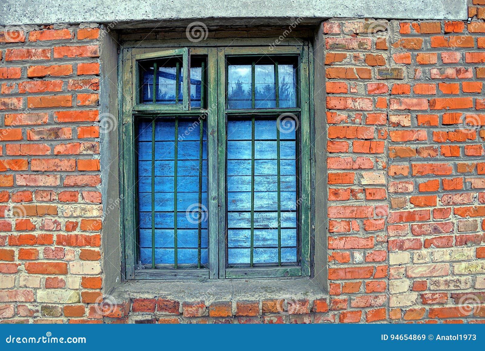 Das Alte Fenster Mit Einem Fensterblatt Oben Verschalt Und Ein