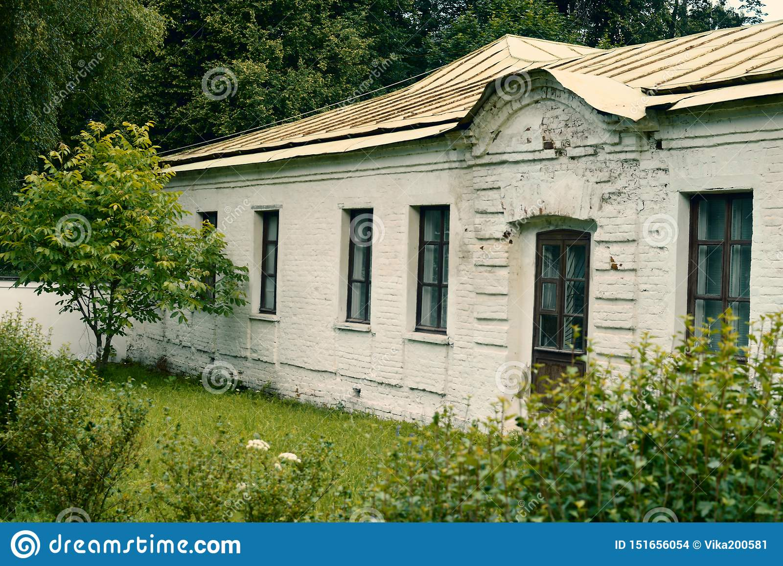 Das alte weiße einstöckige historische Gebäude