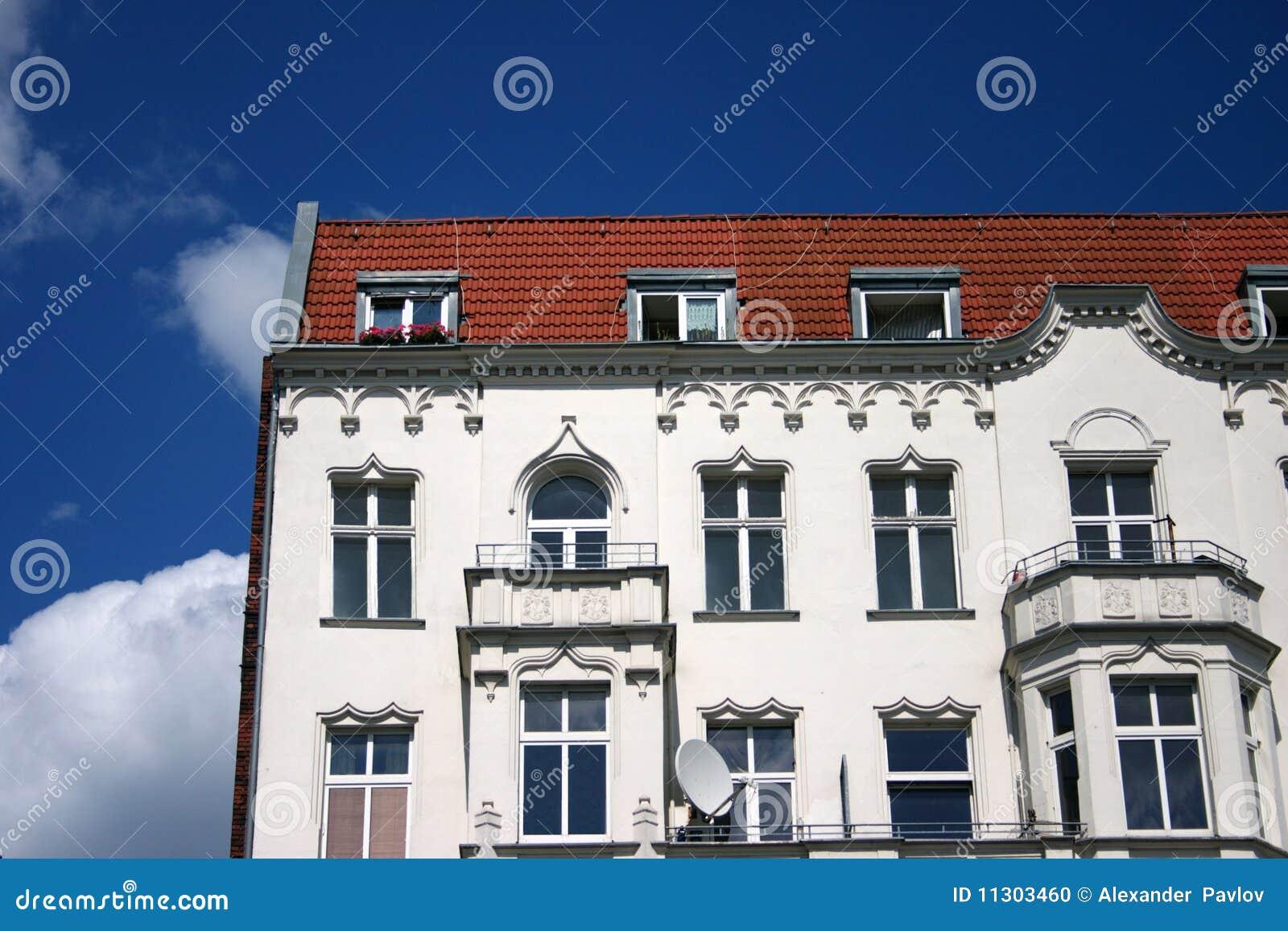 Das alte weiße Haus mit Balkonen