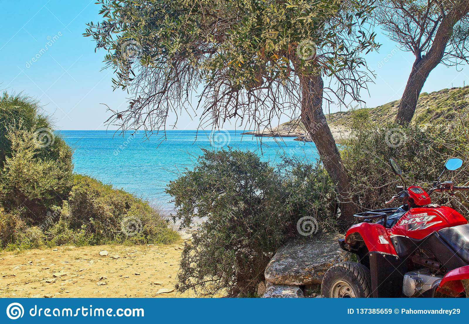 Das ATV wird auf der Küste auf der Insel von Thassos, Griechenland geparkt Ansicht der schönen Landschaft