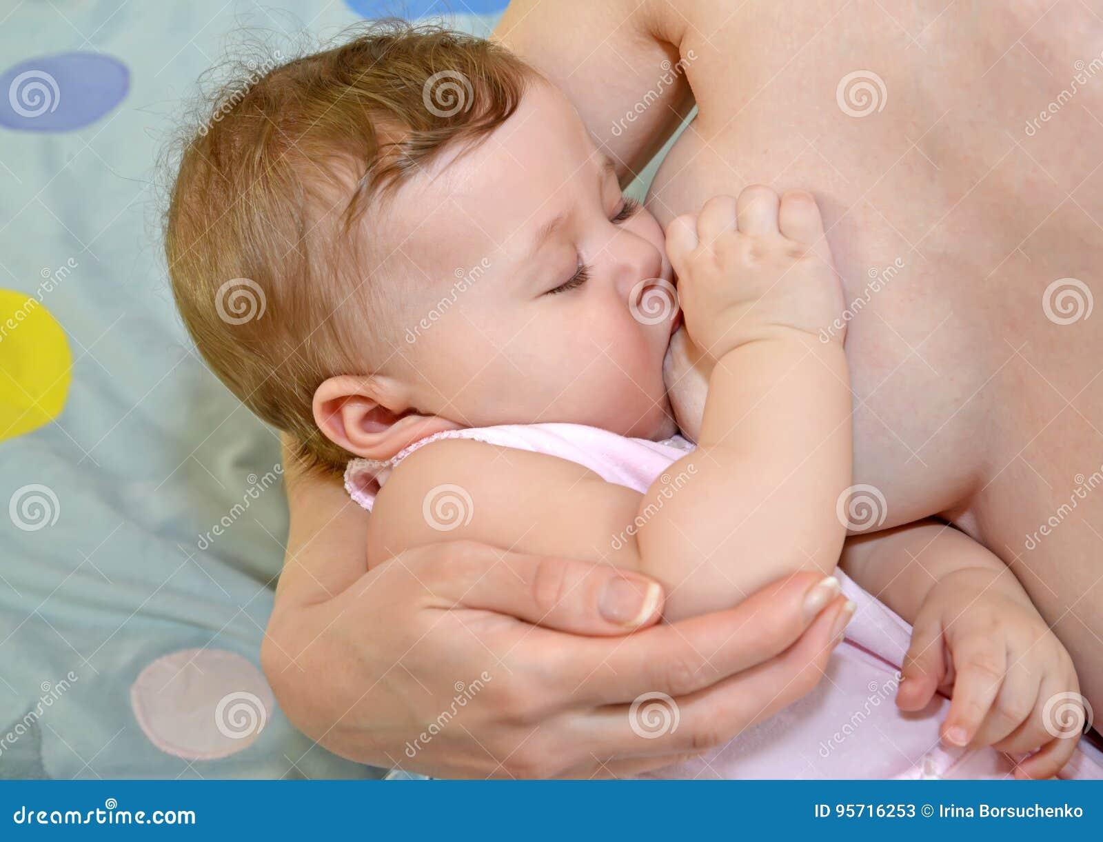 Das Baby Schläft An Einem Mütterlichen Brust Stillen Stockbild