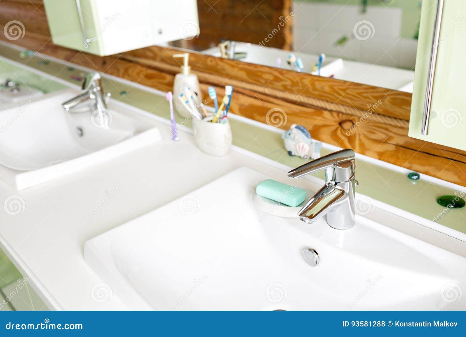 Das Badezimmer In Einem Rustikalen Blockhaus, In Den Bergen Mit ...