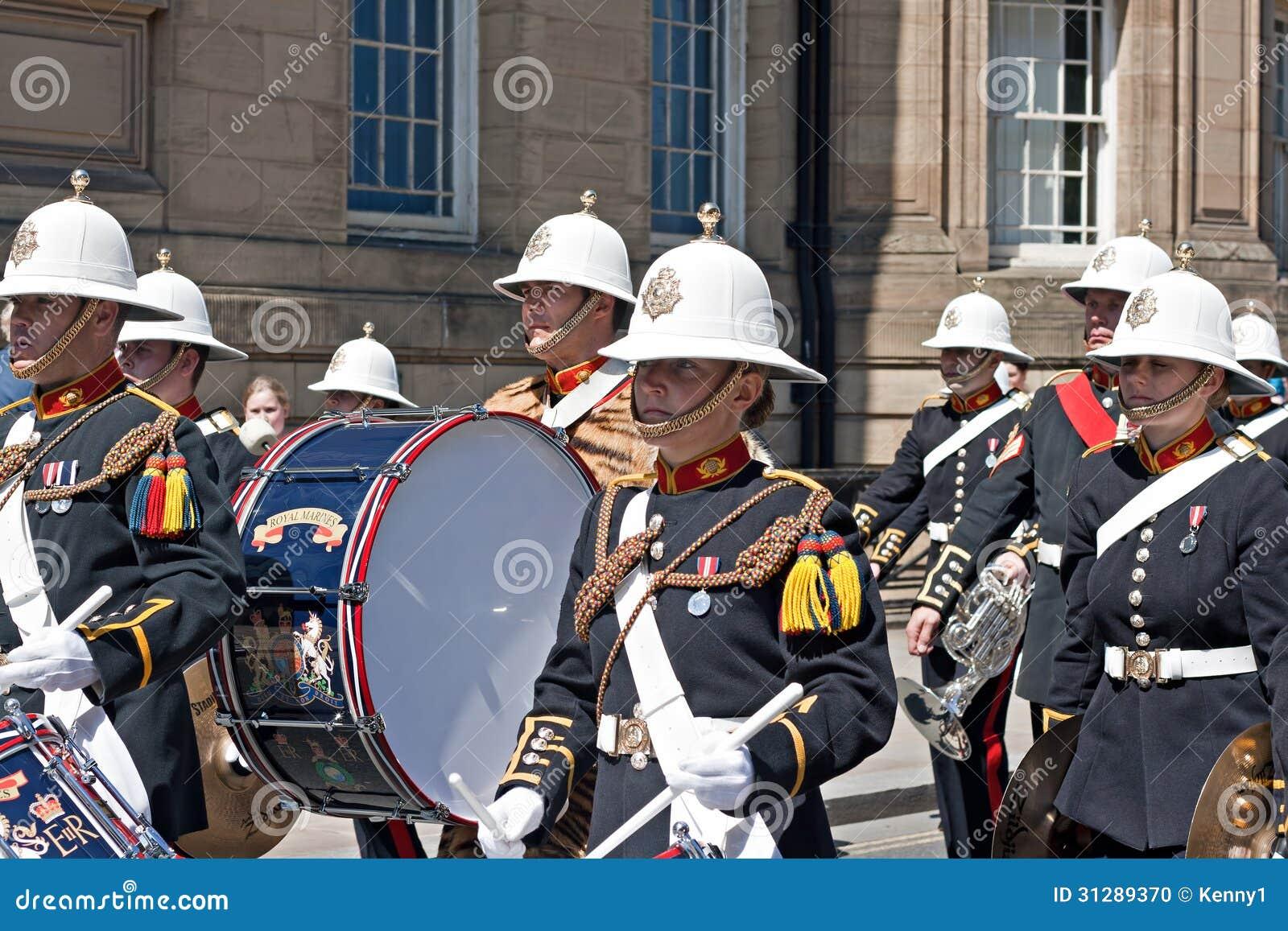 Das Band der ihrer königlichen Marinesoldaten der Majestät, die durch Liverpo marschieren