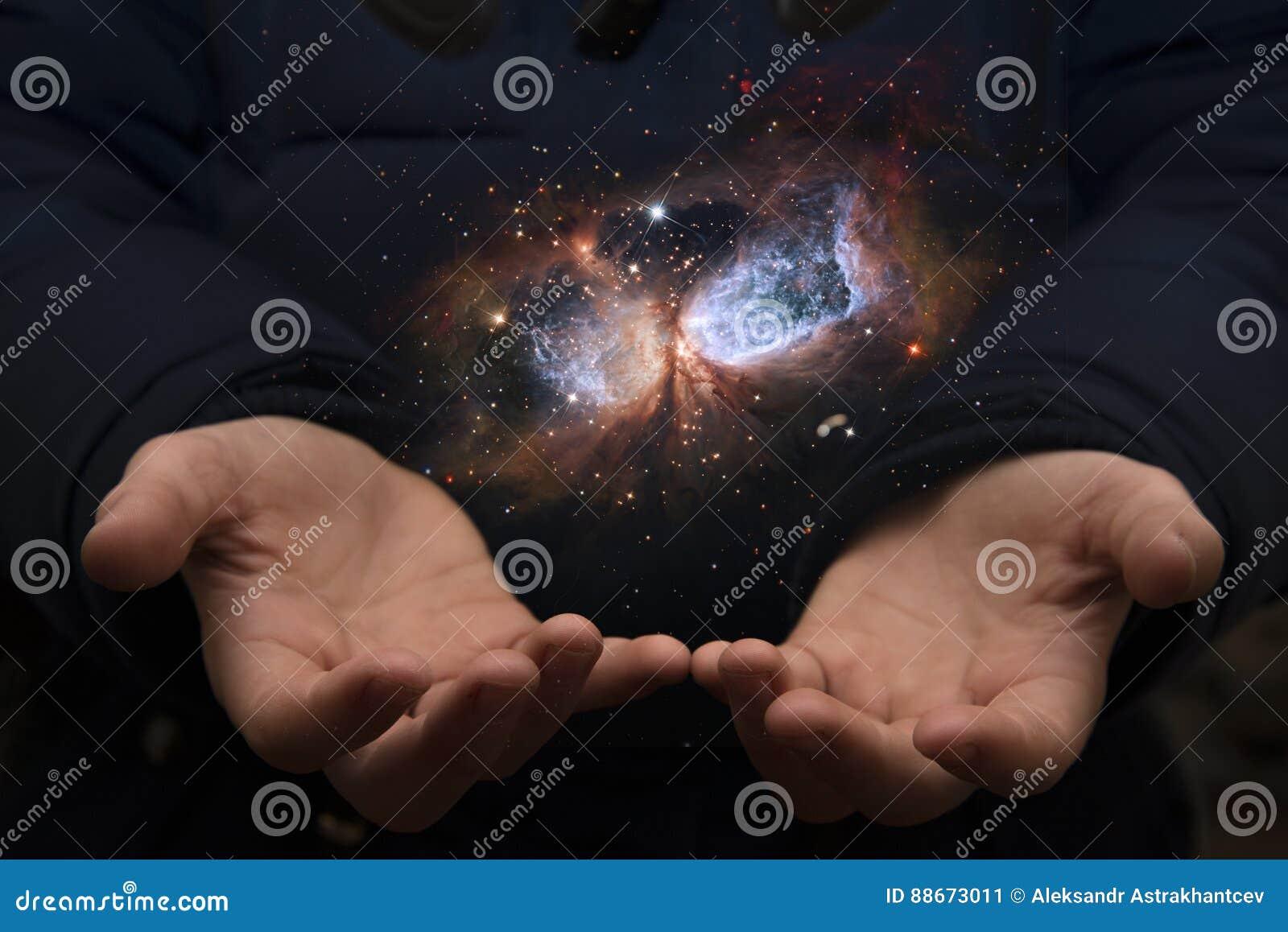 Das beträchtliche Universum in den Händen eines Kindes Elemente dieses imag