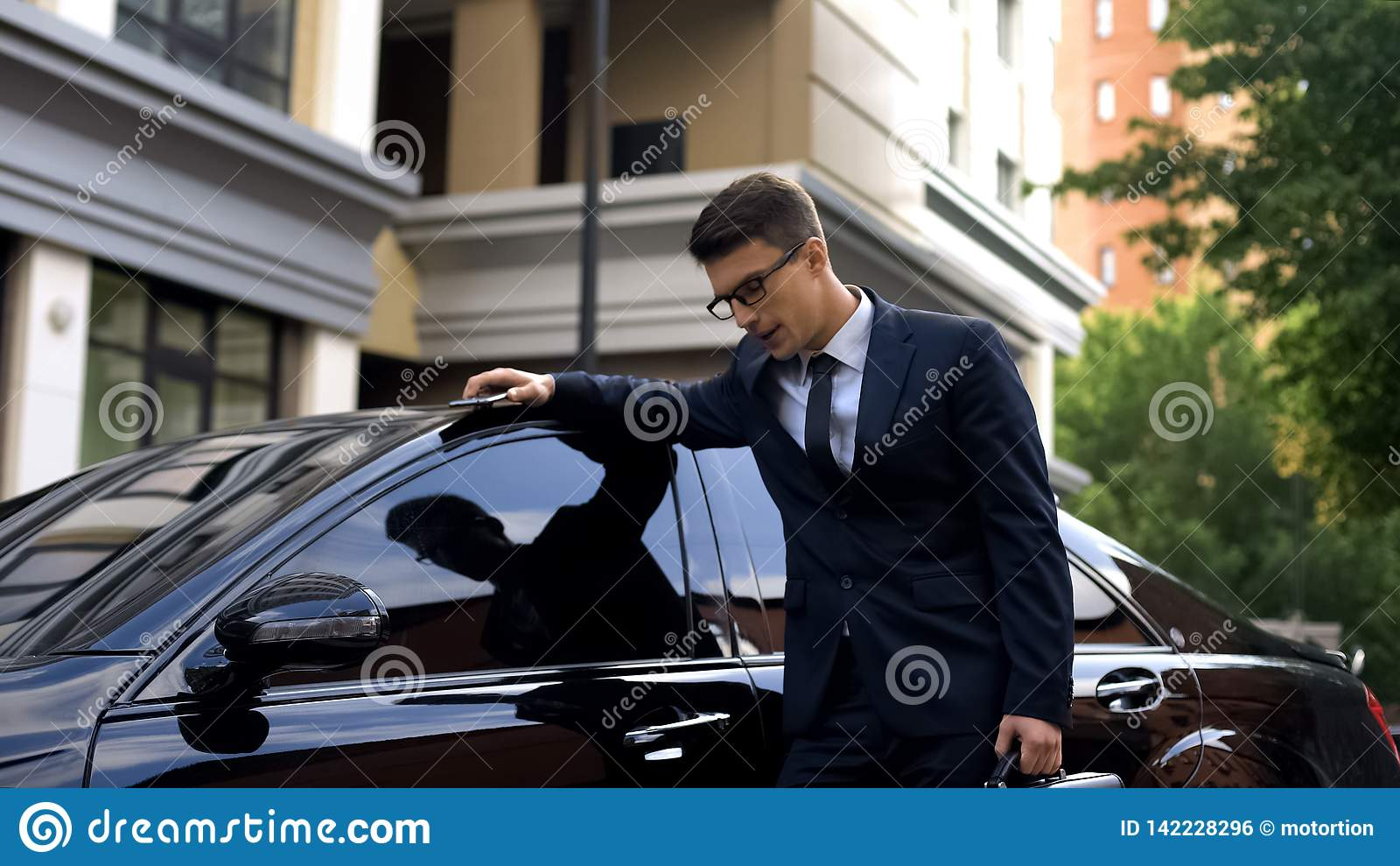 Das blasse Geschäftsmanngefühl, das nahe Auto, Herzkrankheit unwohl ist, betonte Lebensstil
