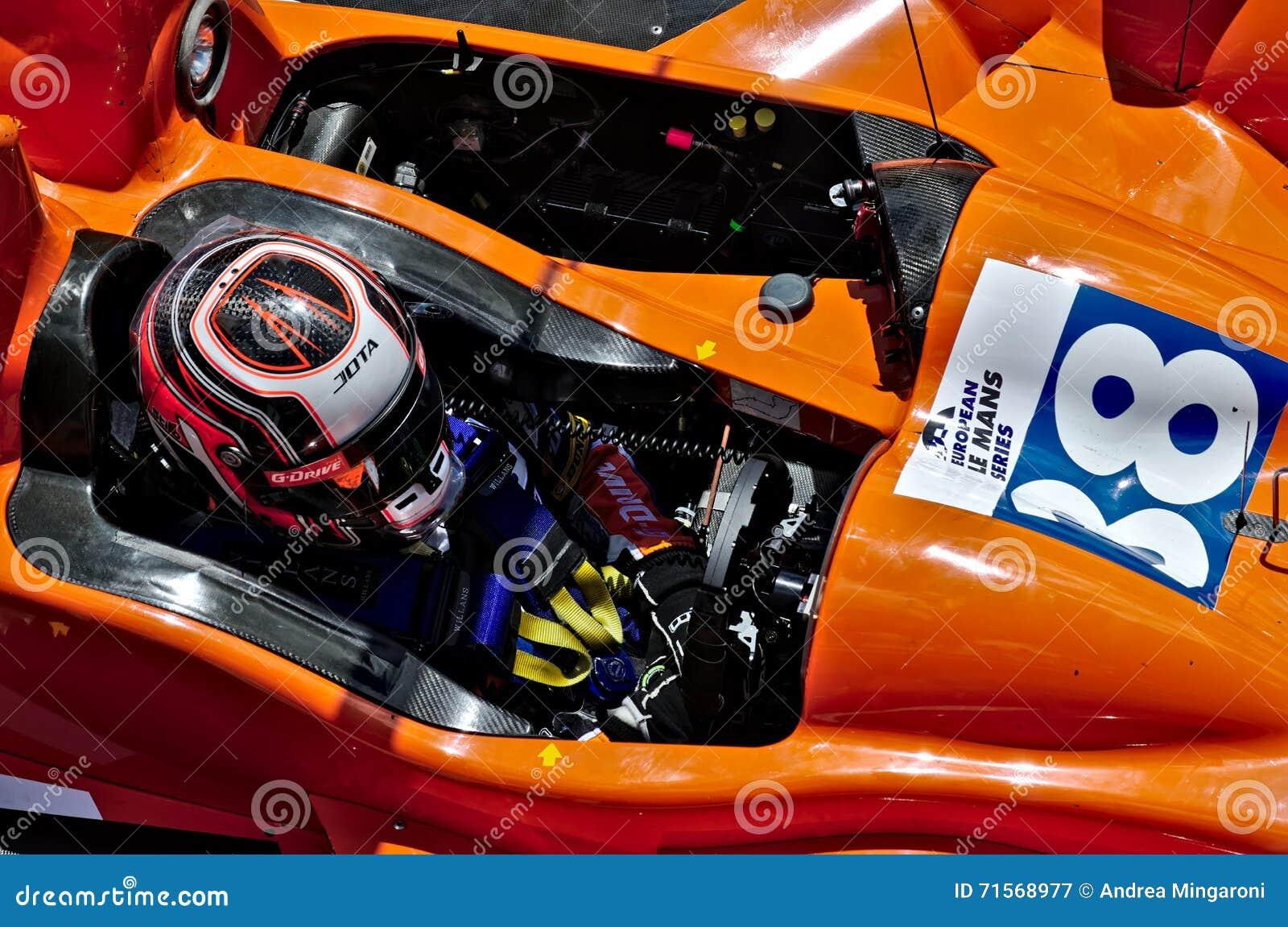 Das Cockpit des Europäer-Le Mans Reihenrennwagens mit Piloten nach innen