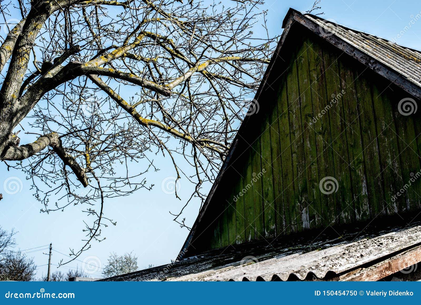 Das Dach eines alten Hauses auf dem Hintergrund des Himmels