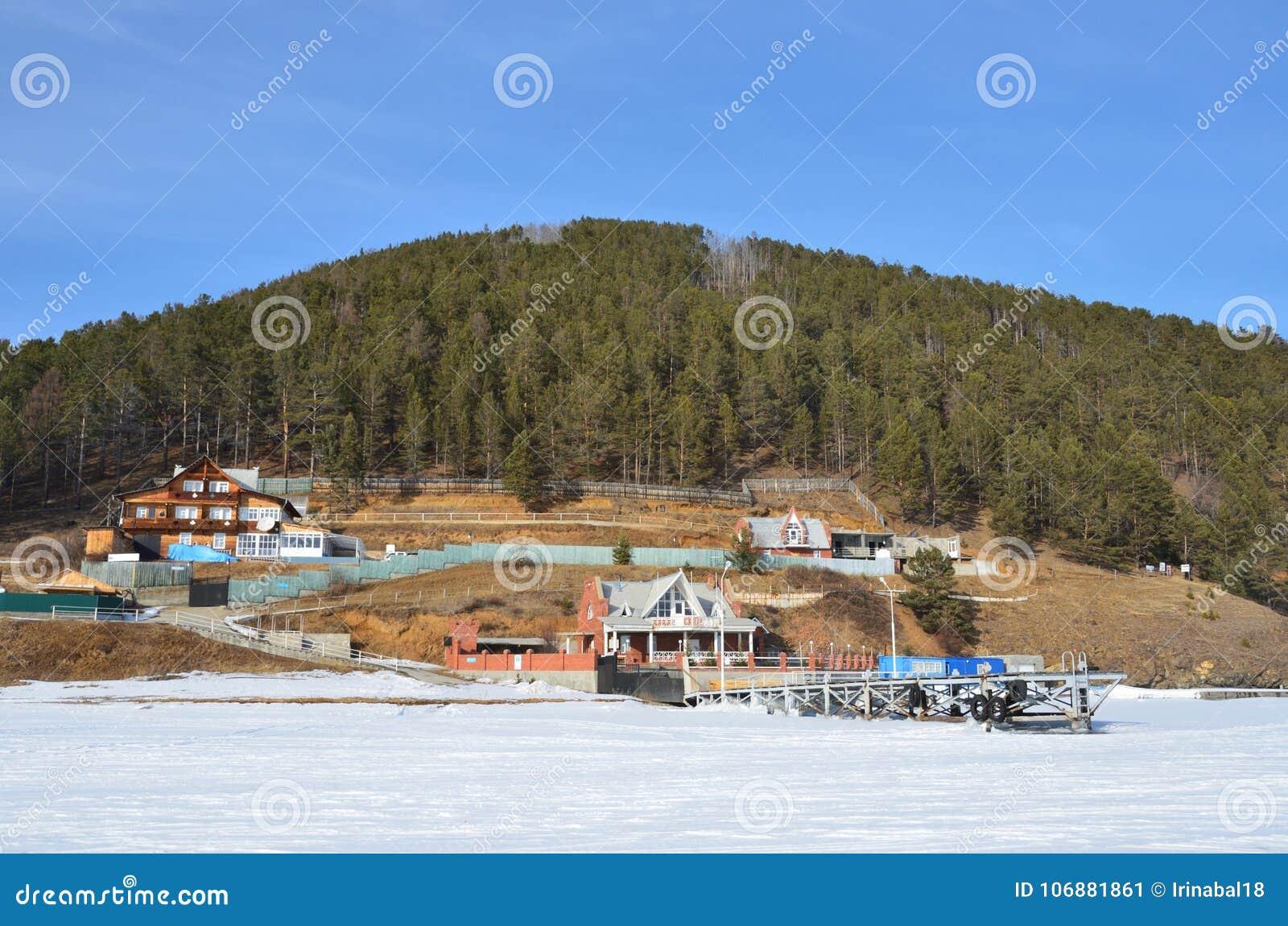 Das Dorf der Bolschewik Koty auf dem Ufer vom Baikalsee im Winter
