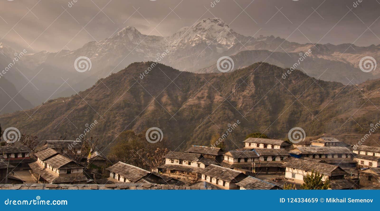 Das Dorf von Gandryuk Traditionelles nepalesisches Haus, Trekking zu