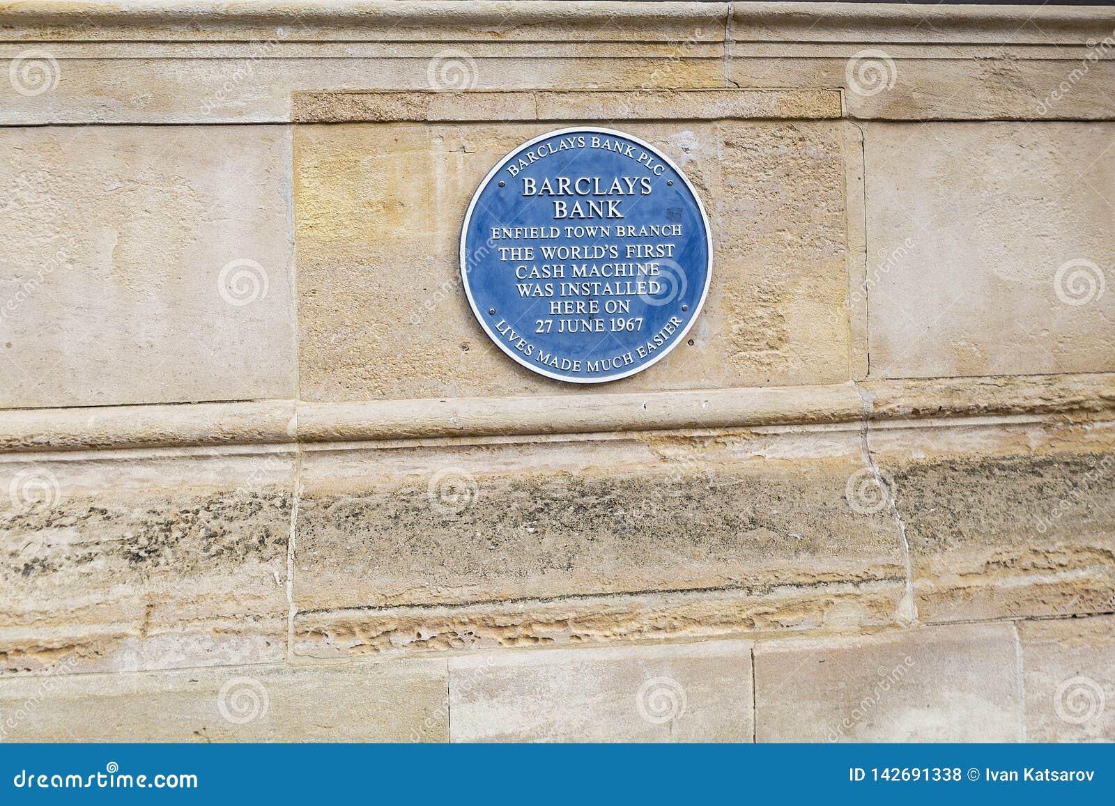 Das erste ATM der Welt Blaue Plakette auf dem Enfield Barclays, welches die erste Registrierkasse der Welt gedenkt