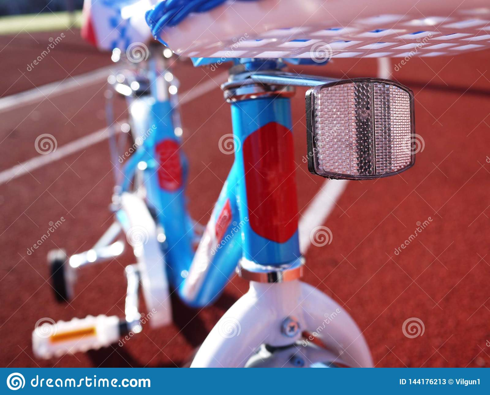 Das Fahrrad der Kinder mit drei Rädern, Rädchen kann entfernt werden
