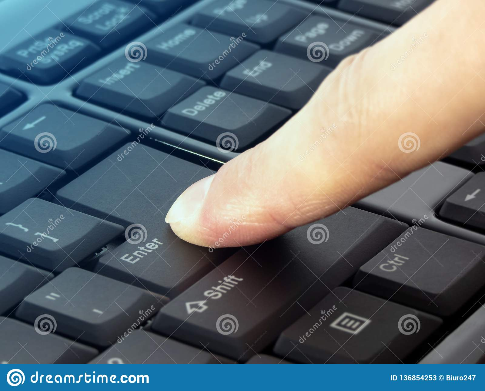 Das Fingerdrücken kommen Knopf auf der schwarzen Tastatur