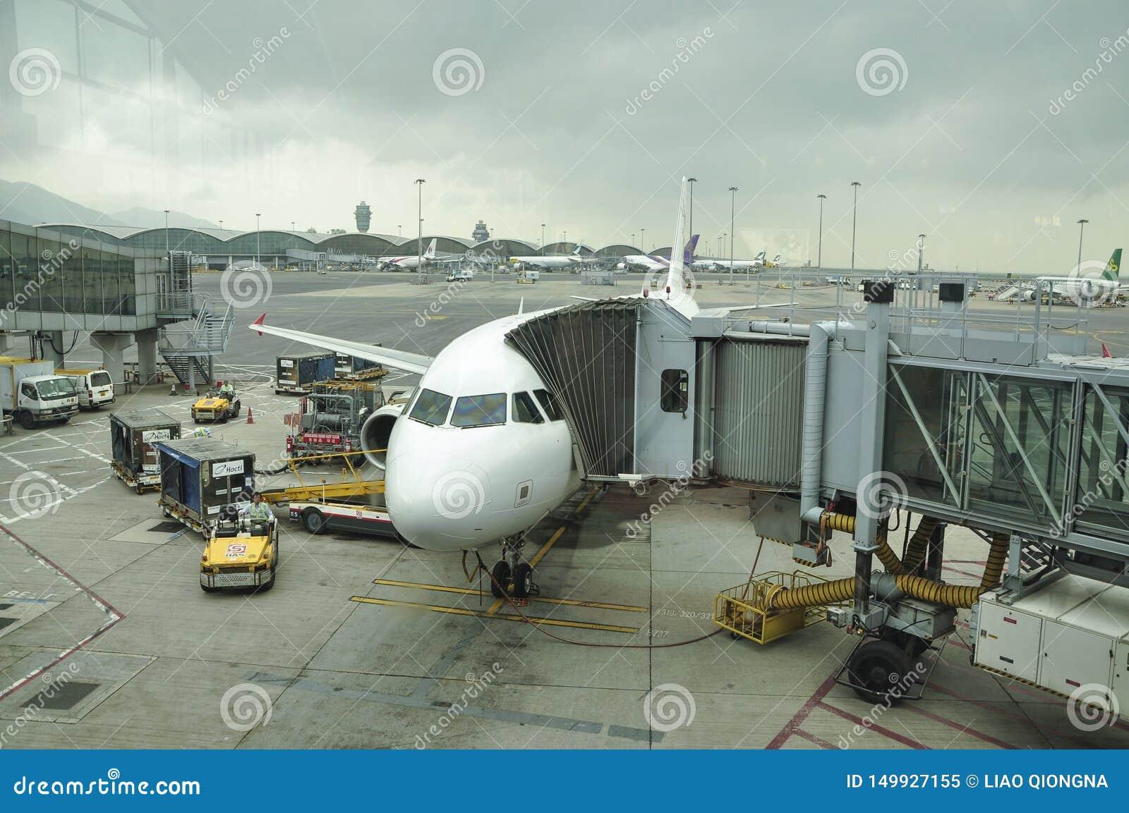 Das Flugzeug auf dem Asphalt Hong Kong International Airport ist der Verkehrsflughafen, der Hong Kong dient