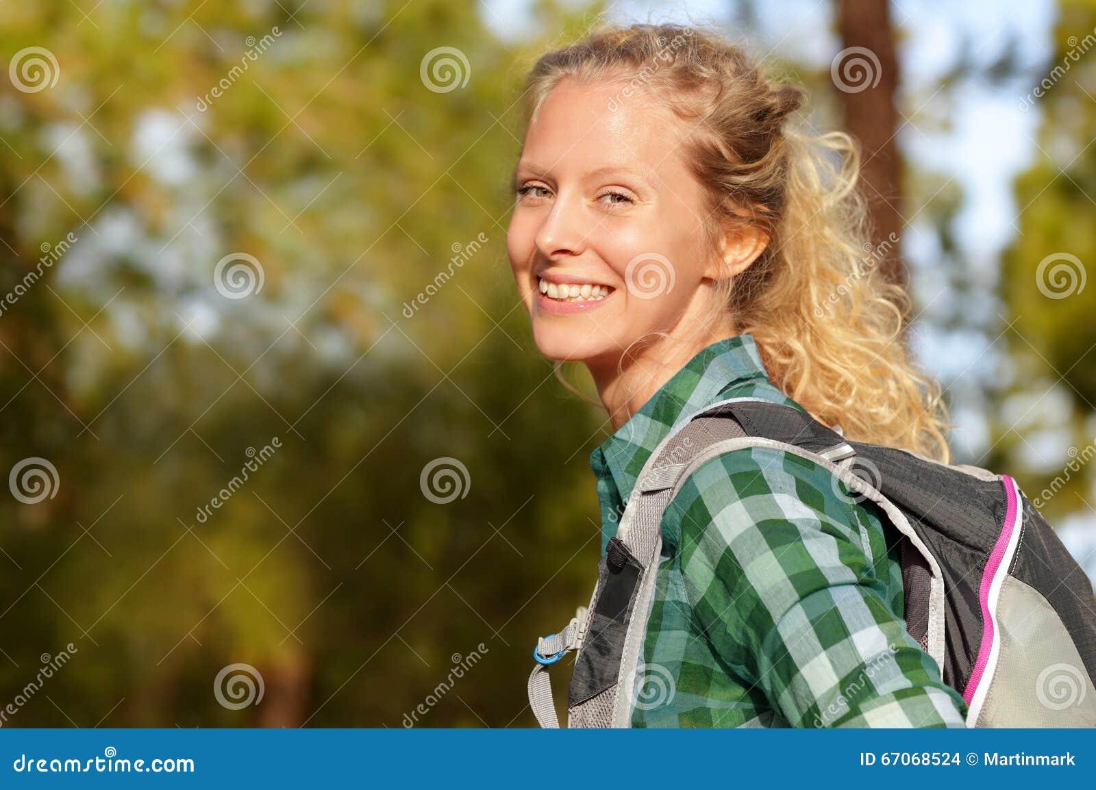 Das Frauenporträtlächeln wandern glücklich Waldim weiblichen Wanderermädchen