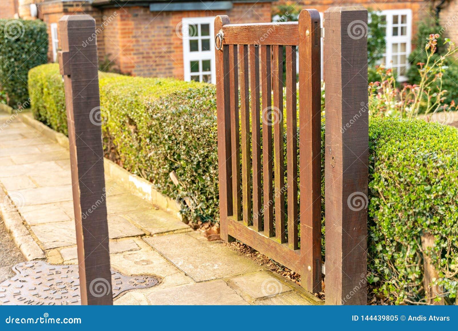 Das Gartenfußgängertor und das Äußere eines typischen englischen alten London-WohnReihenhauses