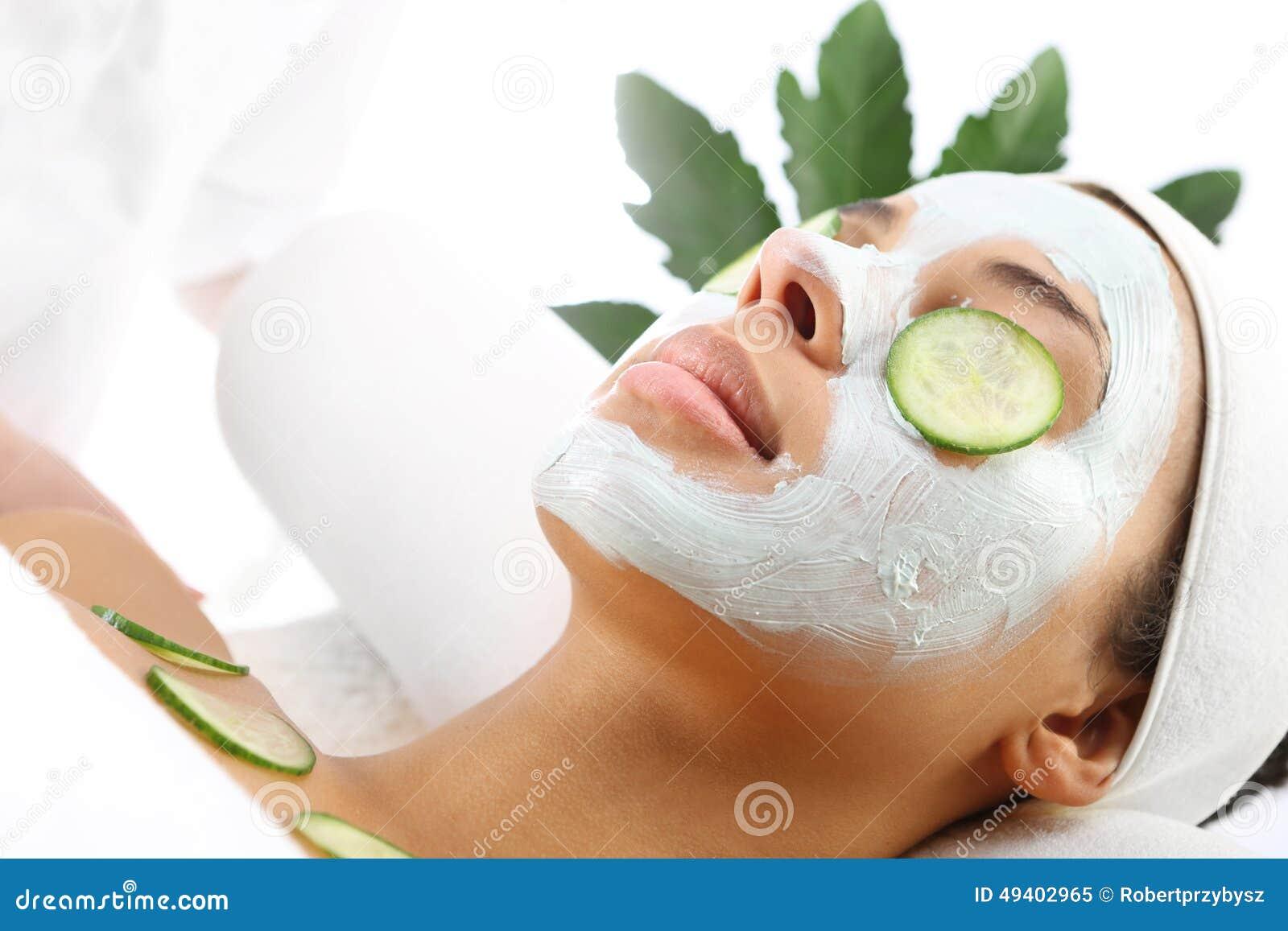 Download Das Gesicht Der Kosmetischen Verfahrensfrau In Der Maskenabschwächung Und In Den Gurkenscheiben Auf Augen Stockbild - Bild von grün, obacht: 49402965