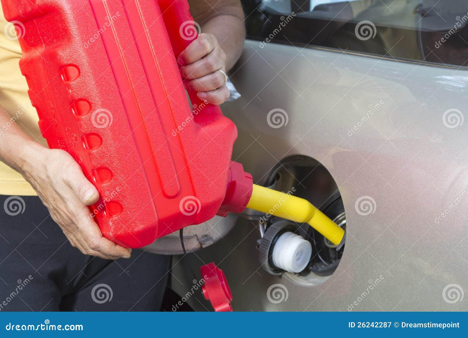Das Hinzufügen des Kraftstoffs im Auto mit rotem Plastikgas kann