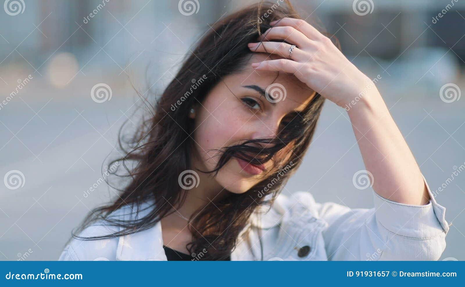 bd54cbef71d2 Das Jugendliche Schöne Kaukasische Mädchen Mit Dem Langen Braunen Haar  Vorwärts Gehend Zur Kamera Streicheln Ihren Kopf Und Läche Stock Video -  Video von ...