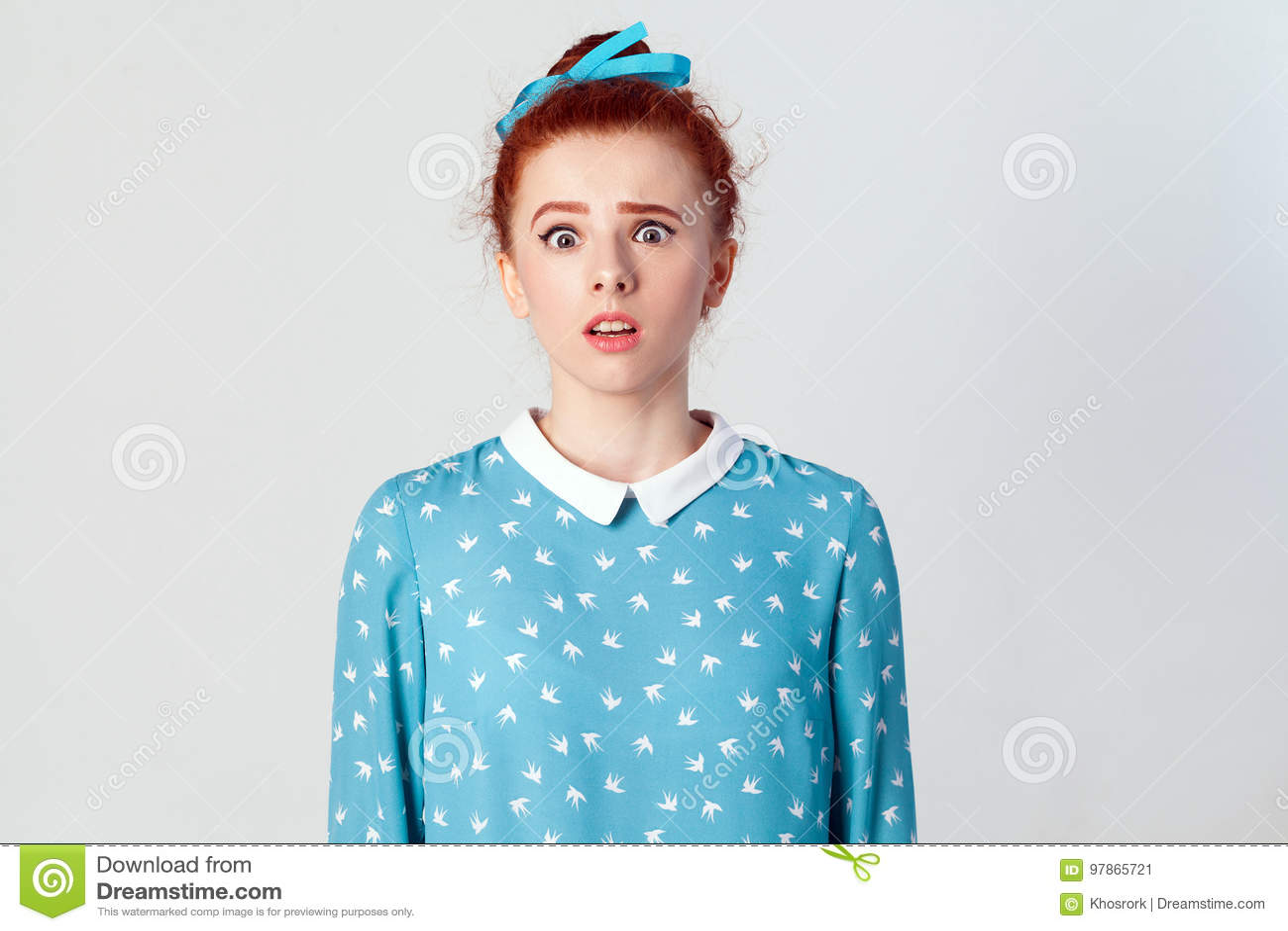 Das junge Mädchen, welches die Kamera mit entsetztem Ausdruck betrachtet, mouth weit offenes, überrascht mit unerwarteten Nachric