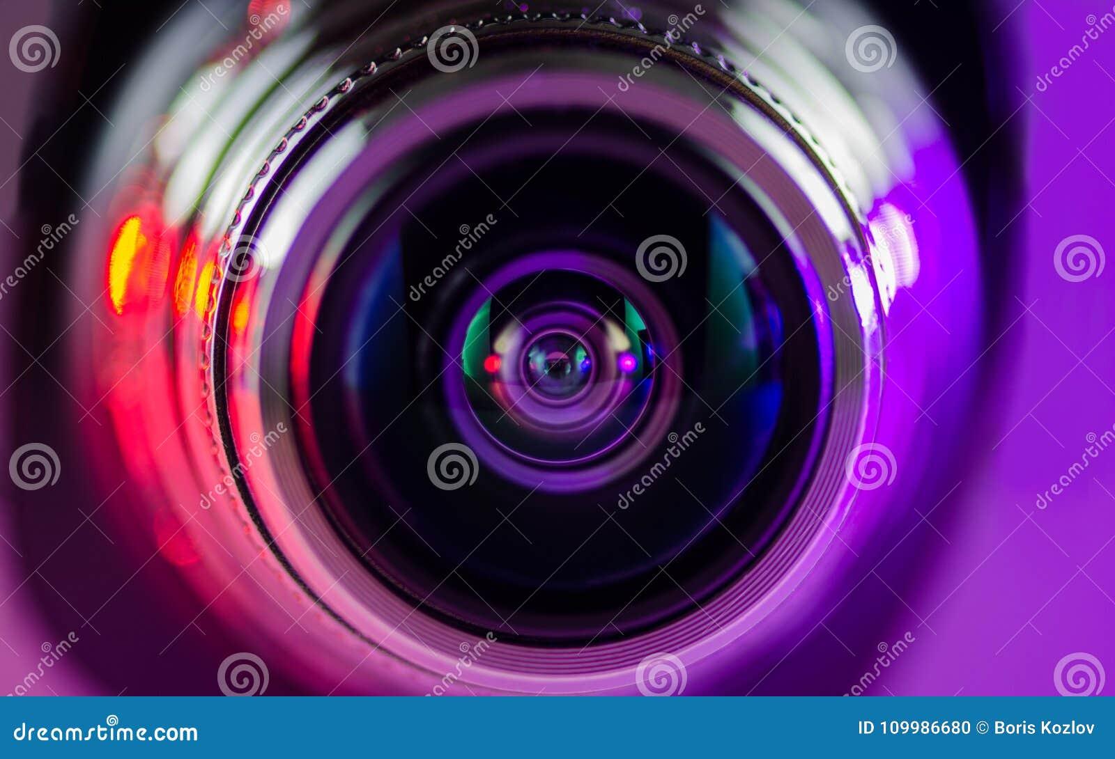 Das Kameraobjektiv und das leicht- Purpur - Rot