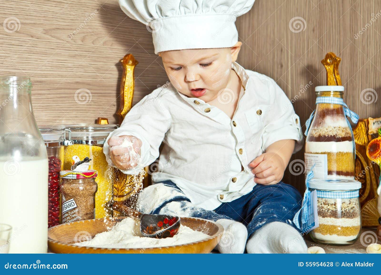 Das Kind Der Koch Kocht Lebensmittel In Der Küche Stockfoto - Bild ... | {Koch beim kochen 32}