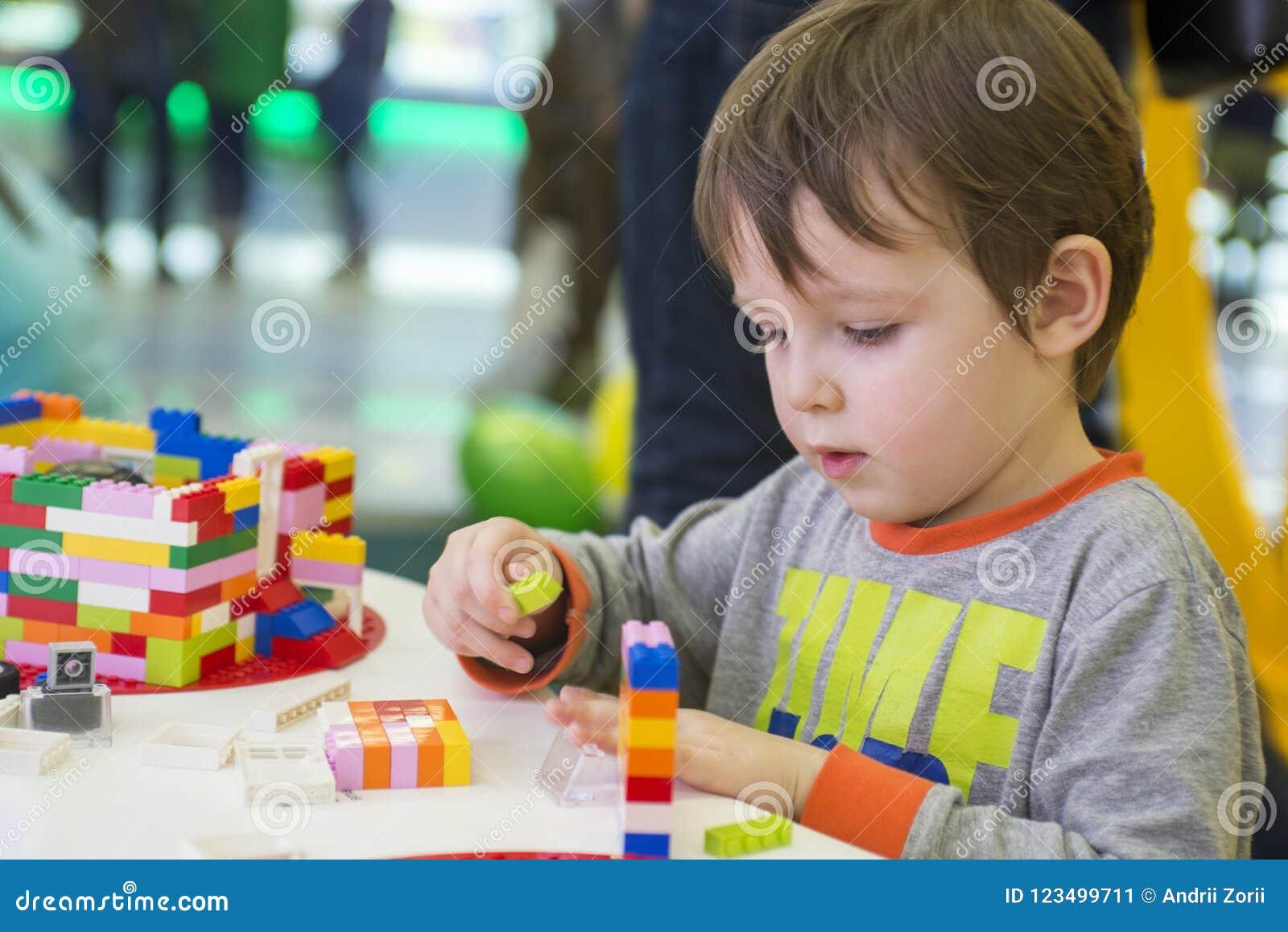 Das Kind montiert den Entwerfer Kindertätigkeit im Kindergarten oder zu Hause