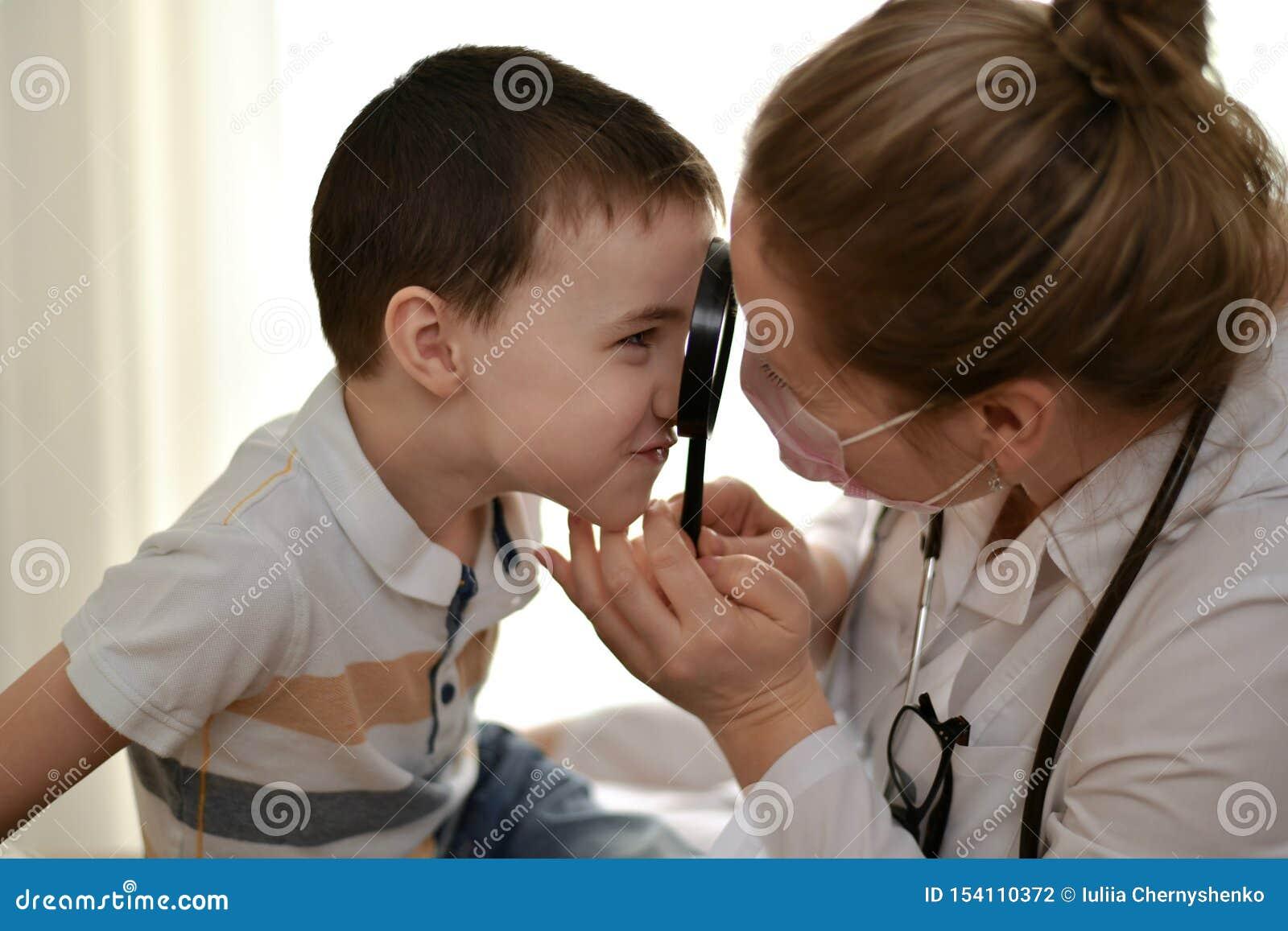 Das Kind und der Doktor einander betrachten