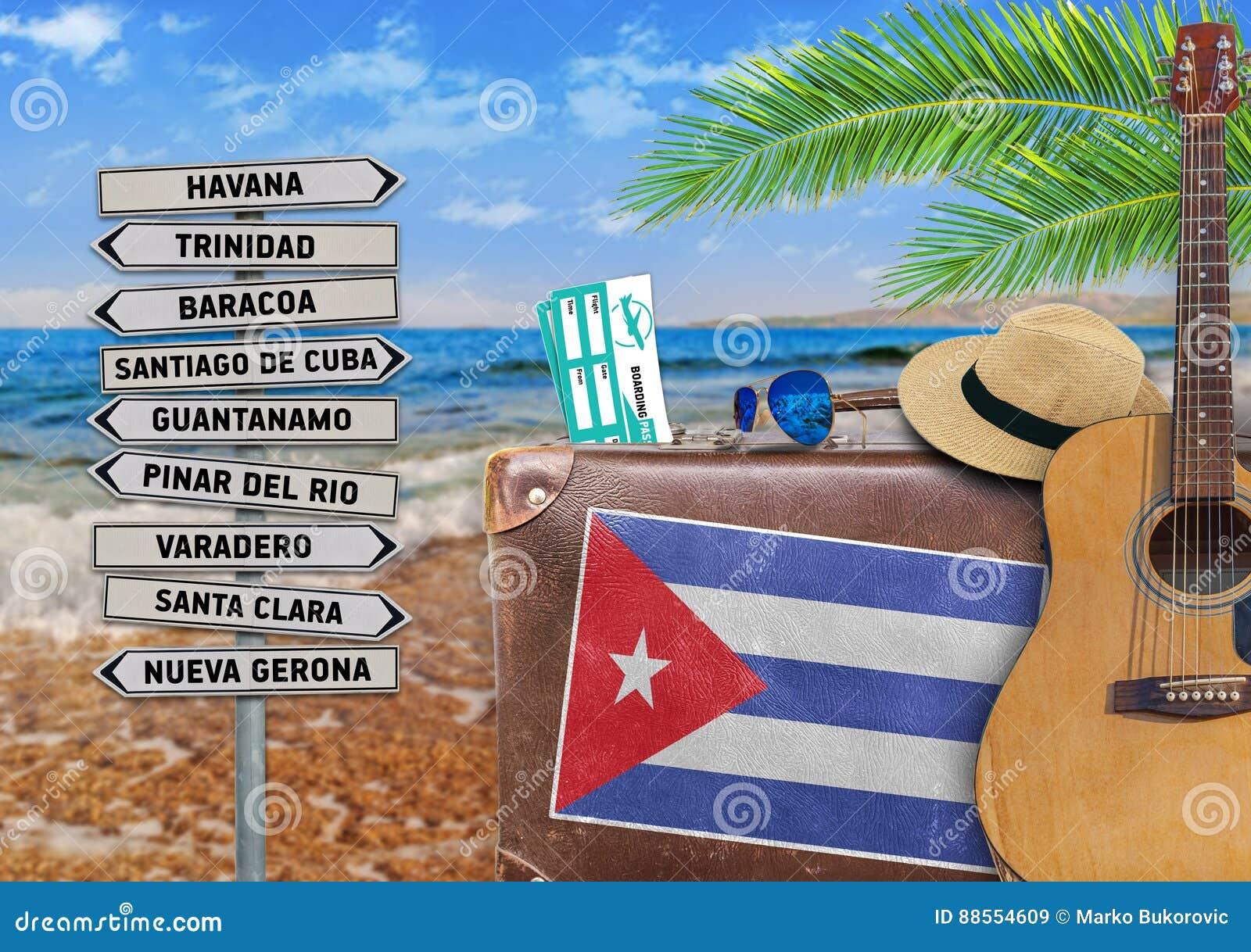 Das Konzept des Sommers reisend mit altem Koffer und Kuba-Stadt unterzeichnen