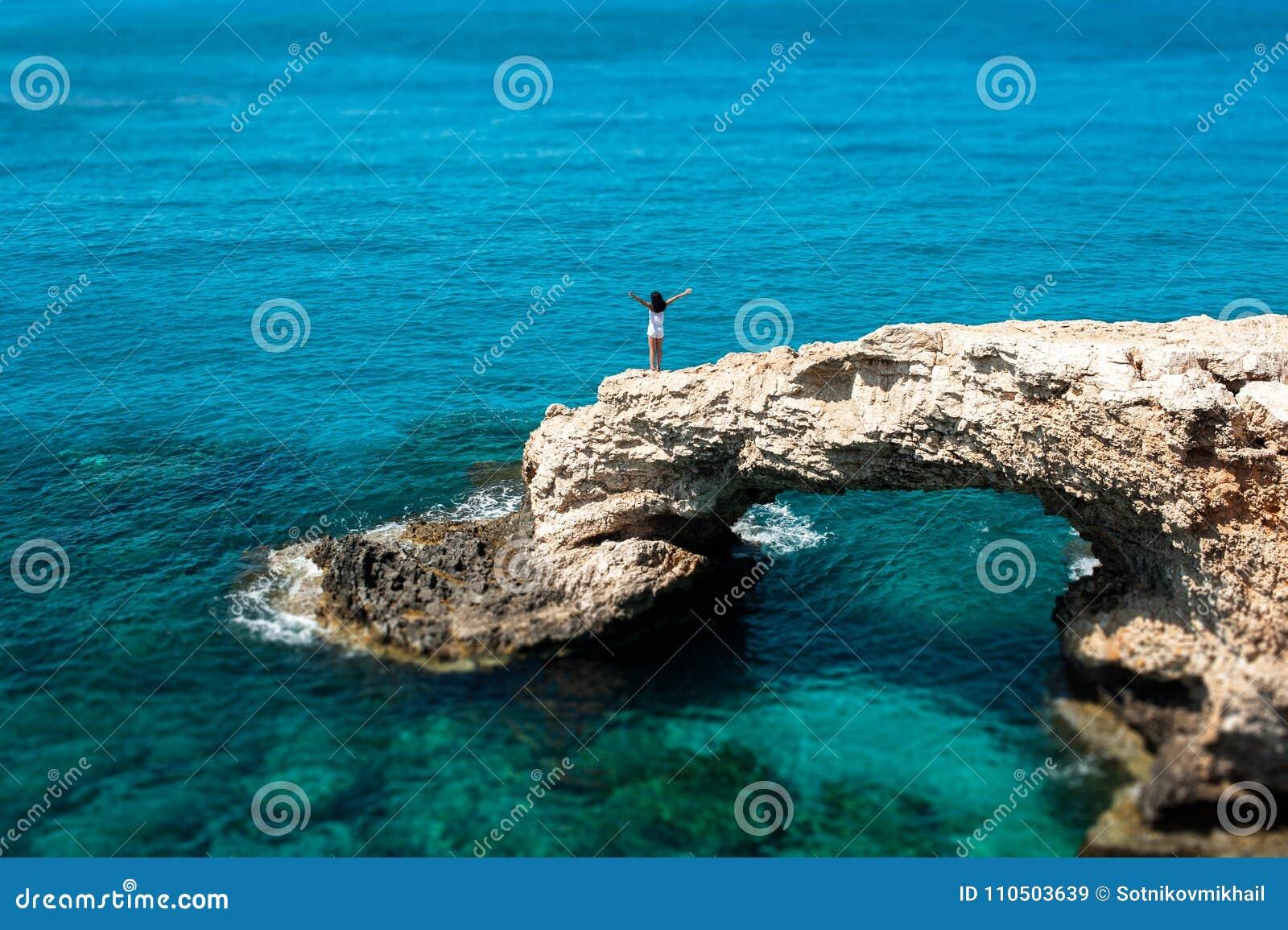 Das Mädchen auf der Klippe durch das Meer
