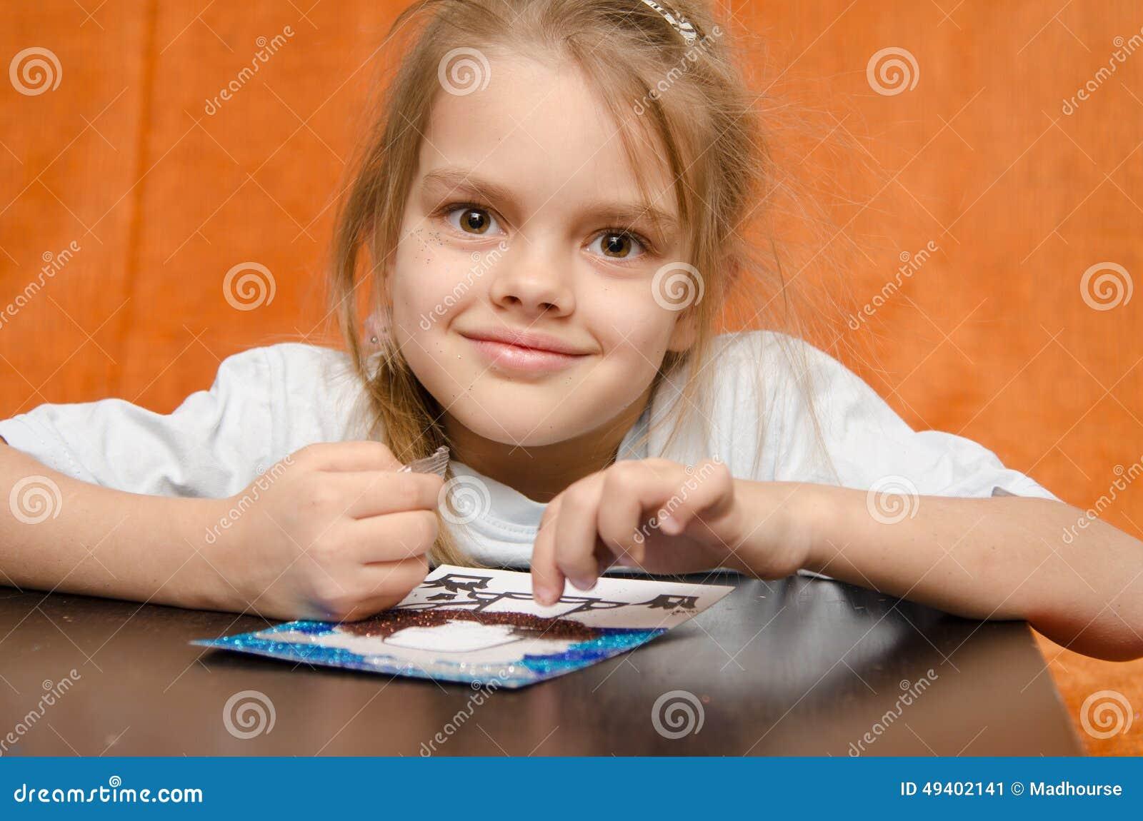 Download Das Mädchen Bei Tisch, Das Sandapplikation Bastelt Stockbild - Bild von entwicklung, zeichnung: 49402141