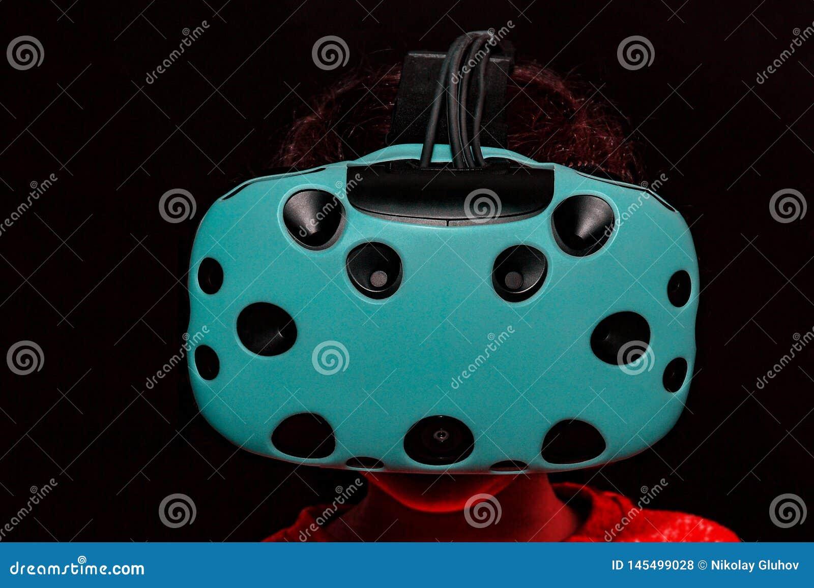 Das Mädchen in den Gläsern virtueller Realität
