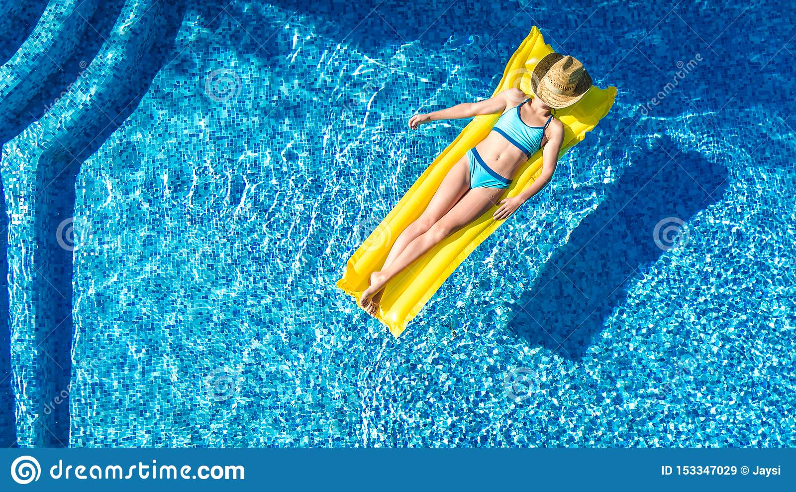 Das Mädchen, das im Swimmingpool sich entspannt, Kind schwimmt auf aufblasbarer Matratze und hat Spaß im Wasser auf Familienurlau
