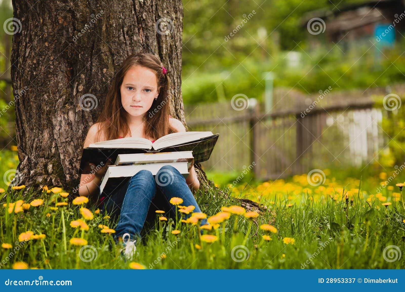 das mädchen 11 jahre alt liest ein buch stockbild  bild